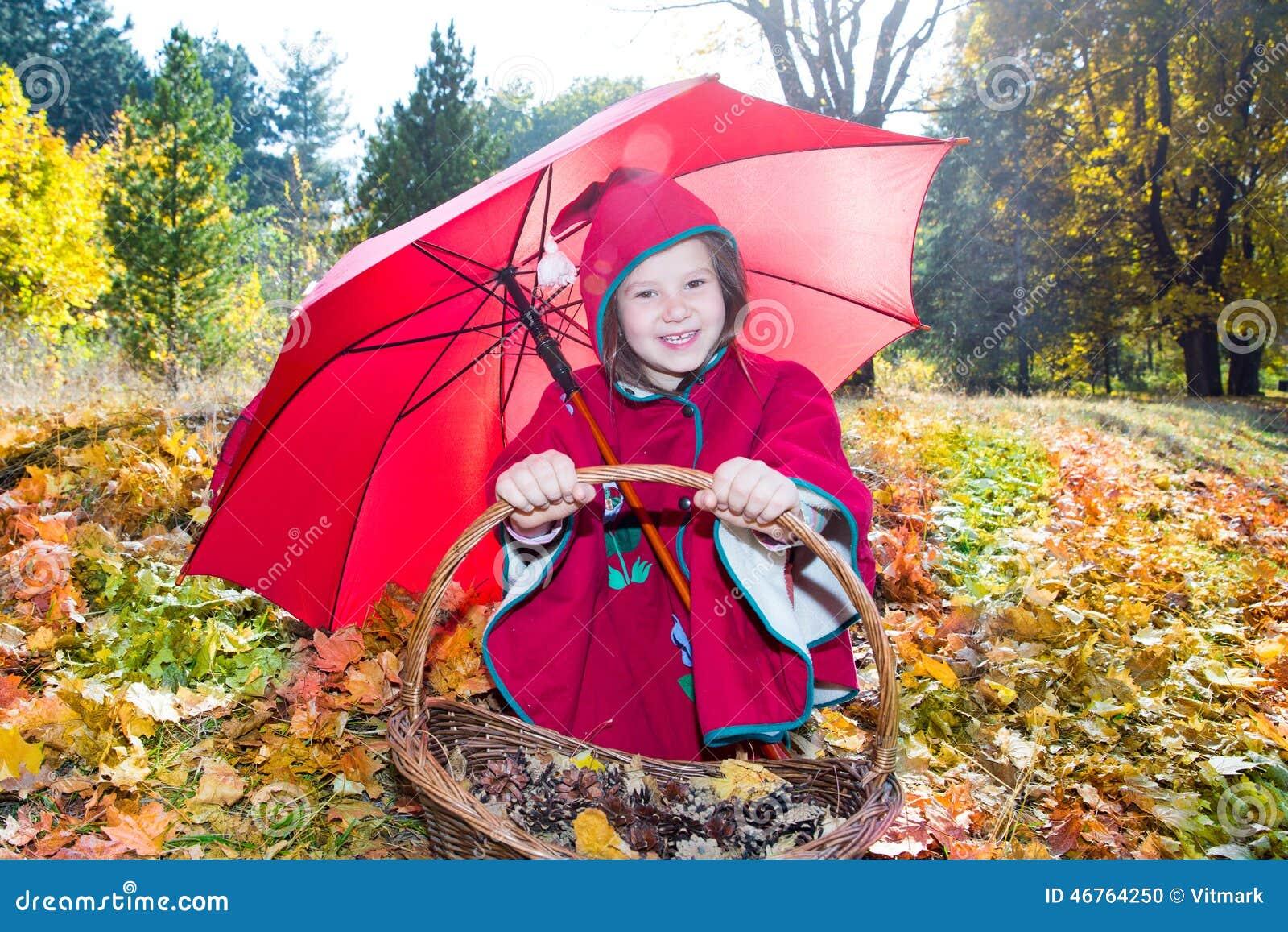 fille mignonne d'enfant jouant avec le parapluie dans des