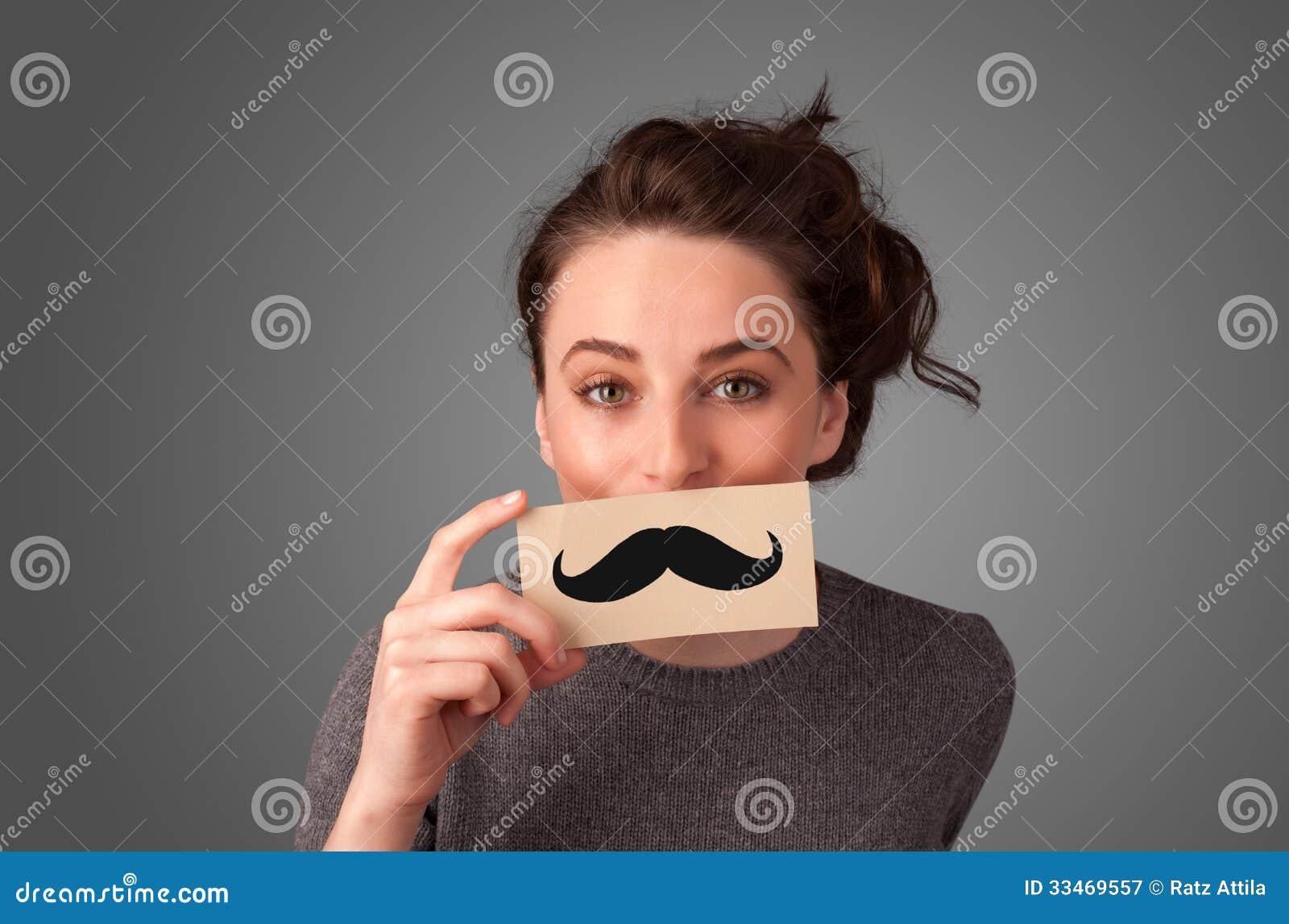 Fille mignonne heureuse jugeant de papier avec le dessin - Moustache dessin ...