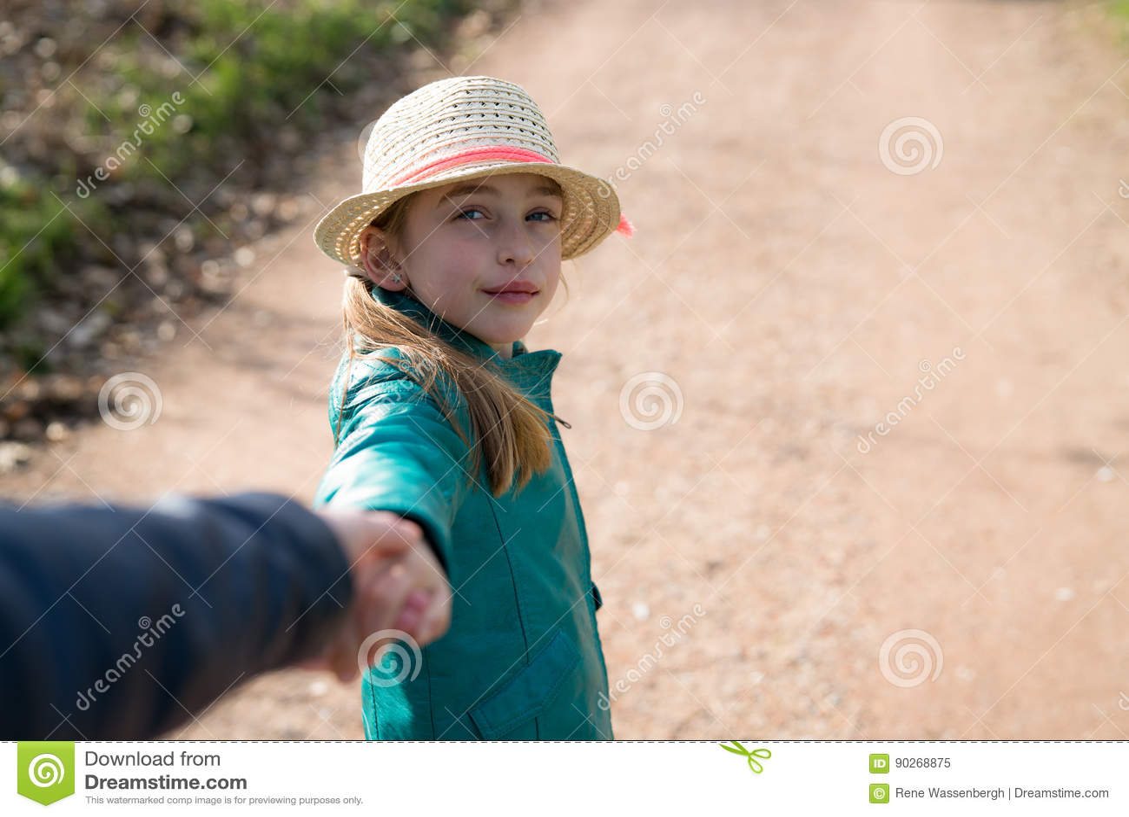 Fille mignonne tenant des mains pendant une promenade