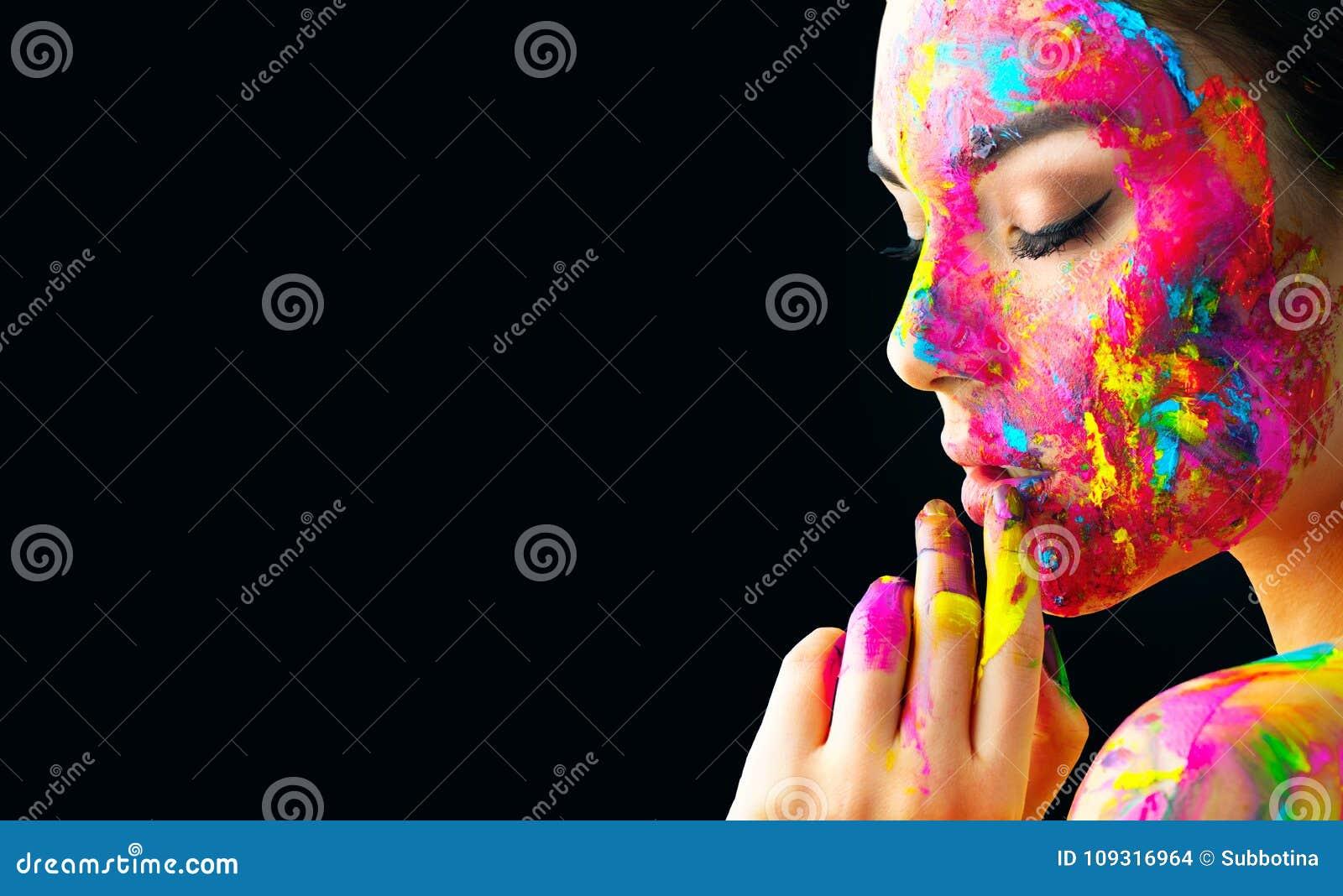 Fille modèle de beauté avec la peinture colorée sur son visage Portrait de belle femme avec la peinture de liquide d écoulement
