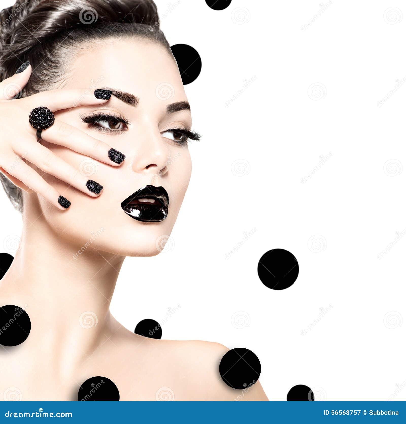 Fille modèle de beauté avec le maquillage noir et longs ivrognes