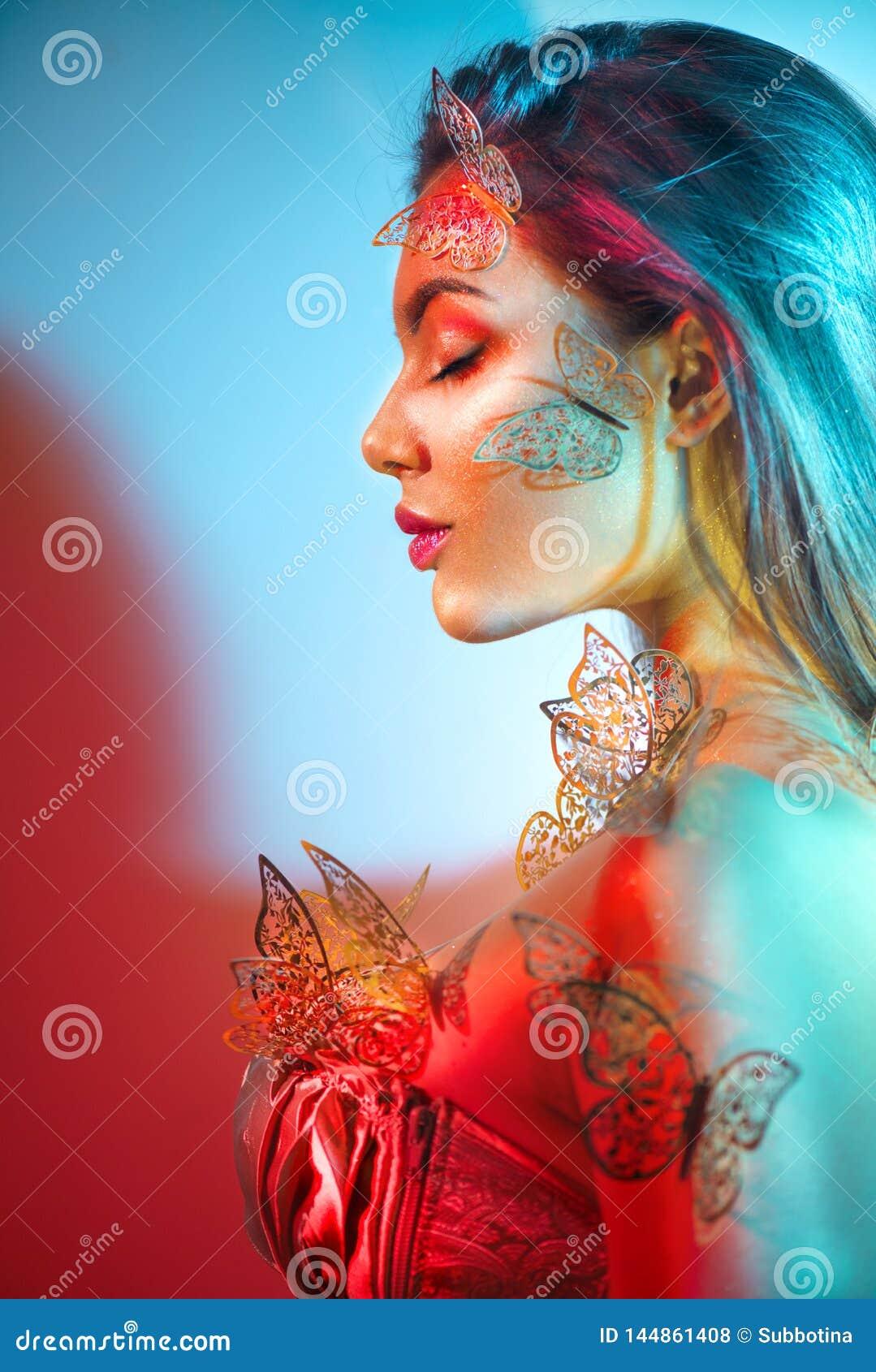 Fille mod?le de ressort d imagination de beaut? dans les lampes au n?on lumineuses color?es Portrait de belle jeune femme d ?t? d