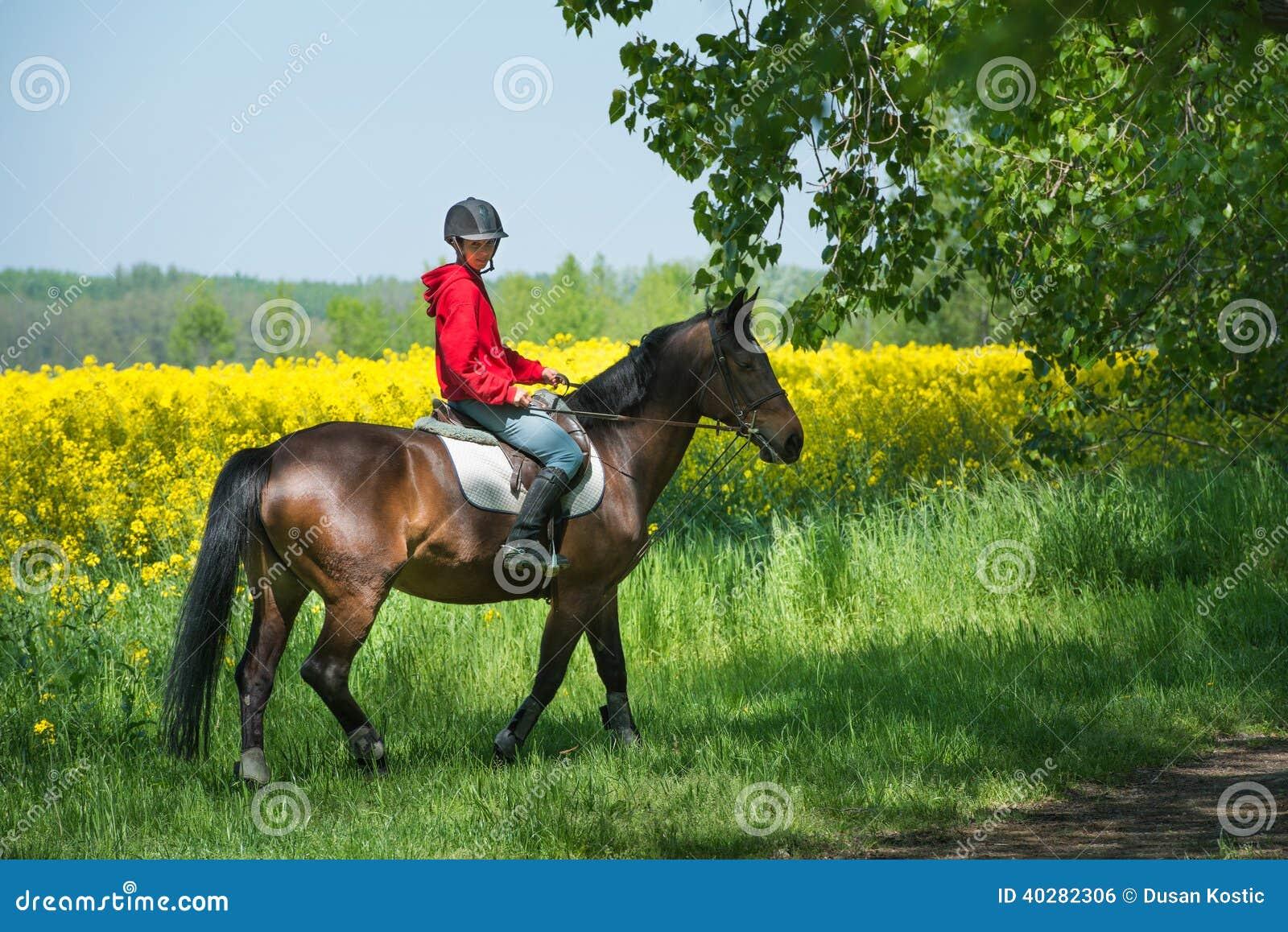 Fille montant à cheval