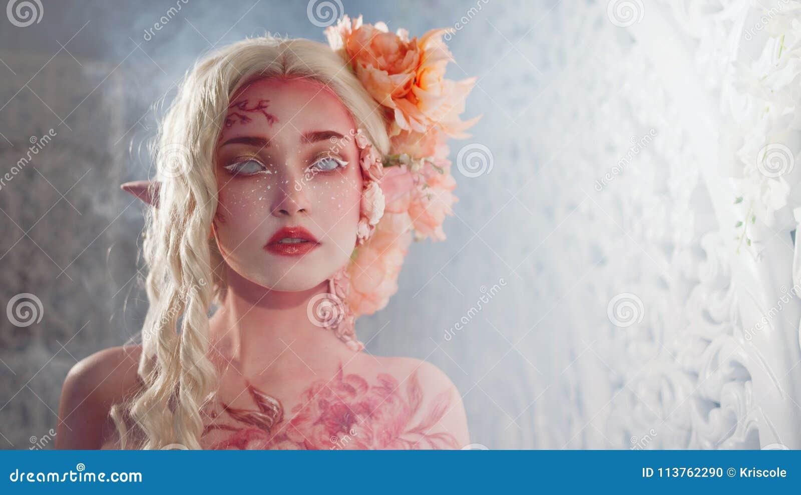 Fille mystérieuse d elfe Maquillage rose créatif Oreilles de lutin