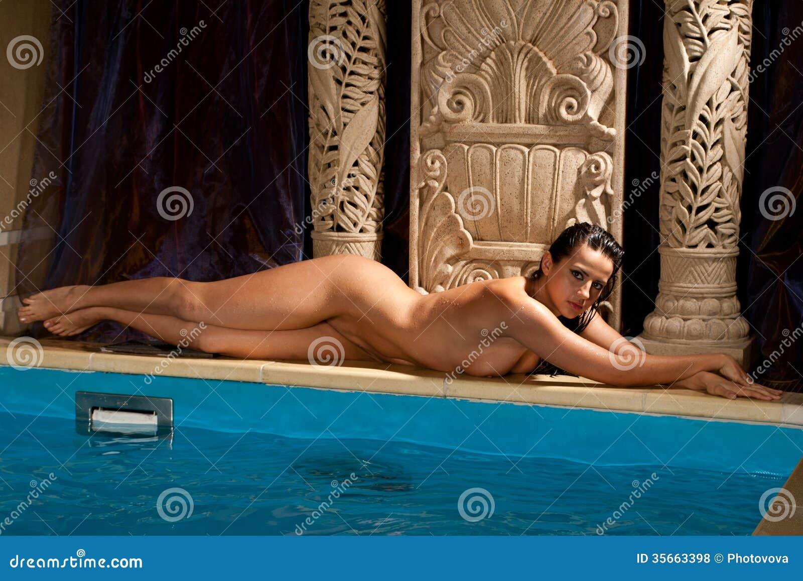Photos de filles totalement nues dans la piscine ou la mer