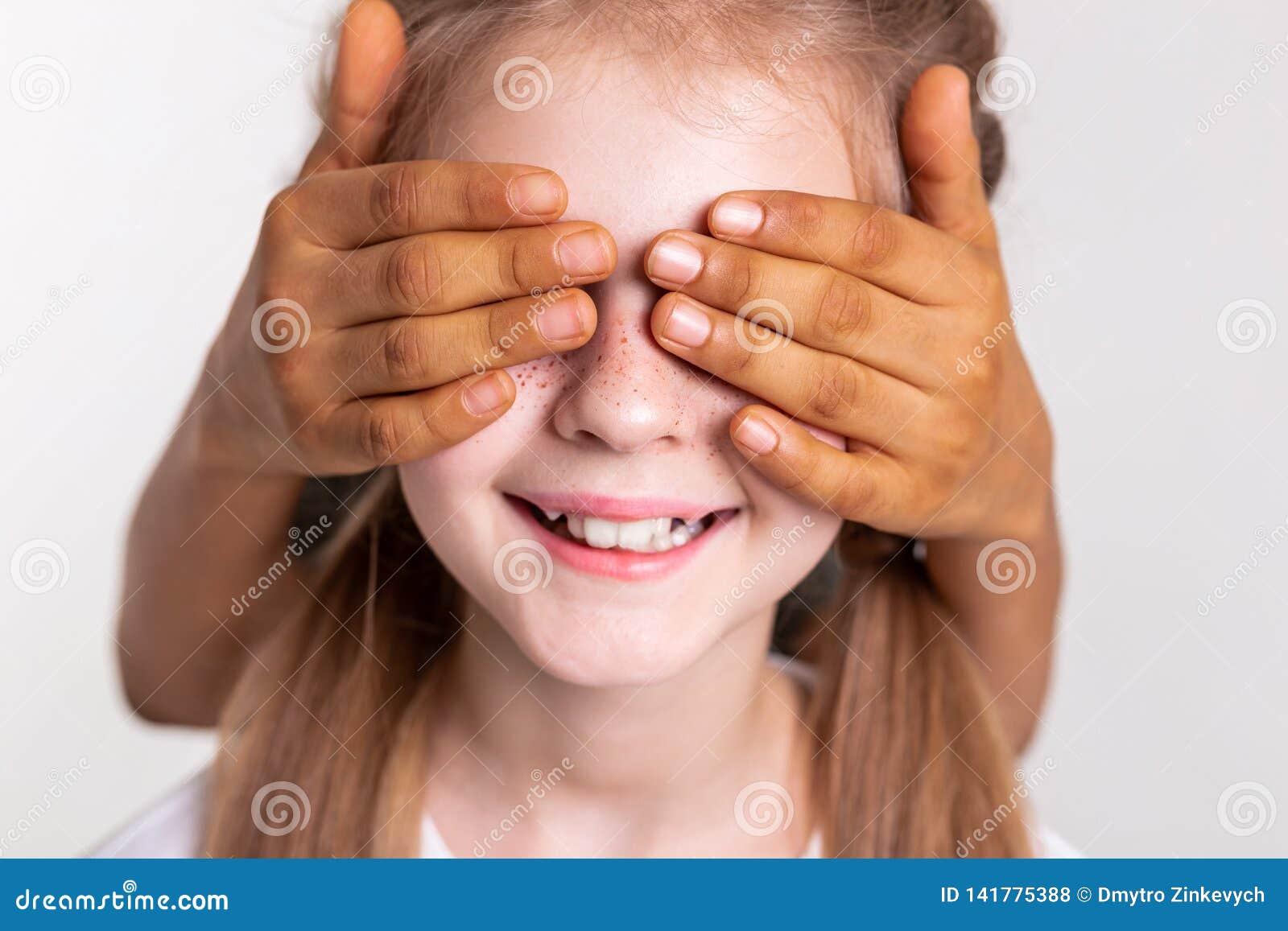 Fille pâle satisfaite avec les taches de rousseur lumineuses ayant fermé des yeux