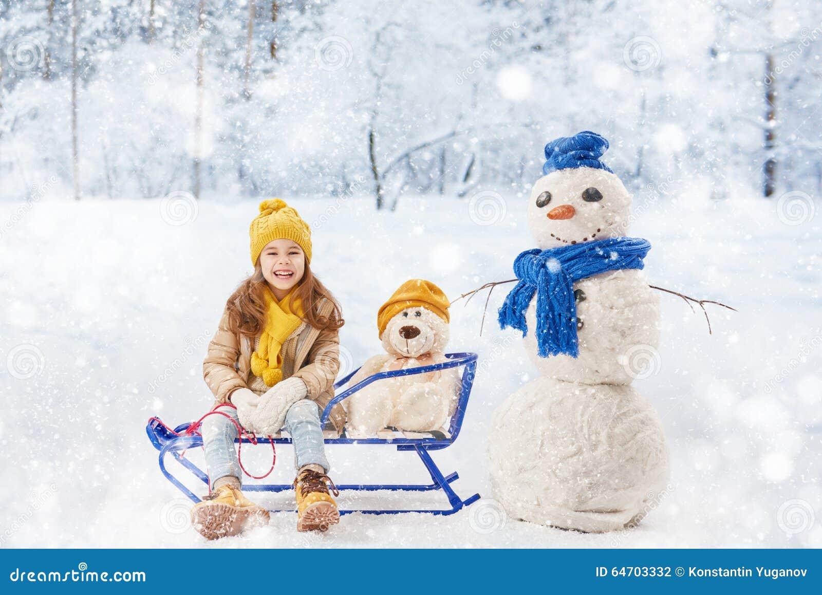 Fille plaing avec un bonhomme de neige photo stock image 64703332 - Bonhomme fille ...