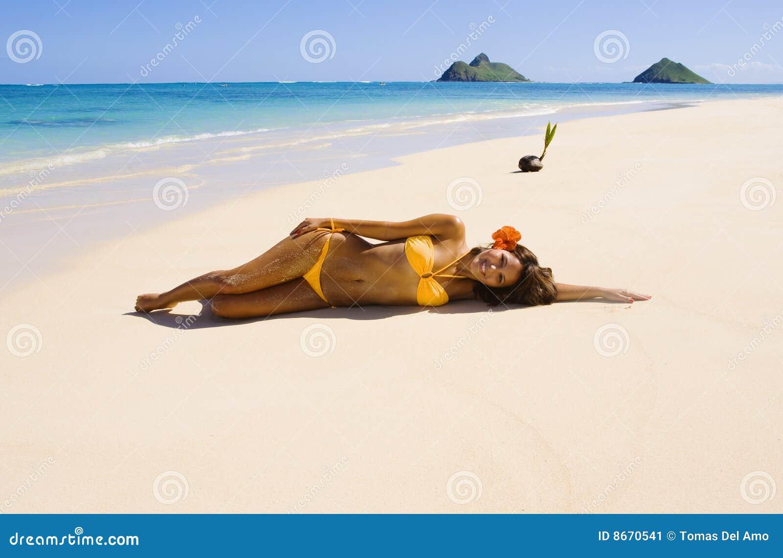 Fille polynésienne dans un bikini orange