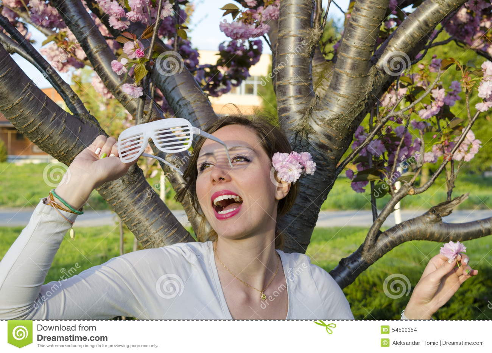 Fille posant avec de grandes lunettes de soleil de partie dehors
