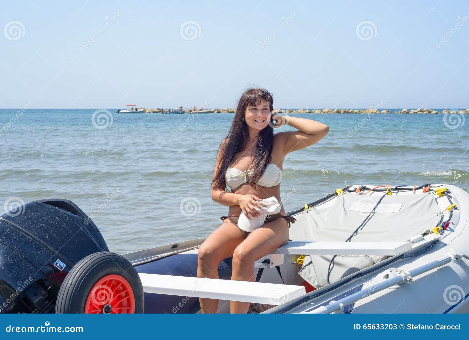 Fille posant sur un bateau