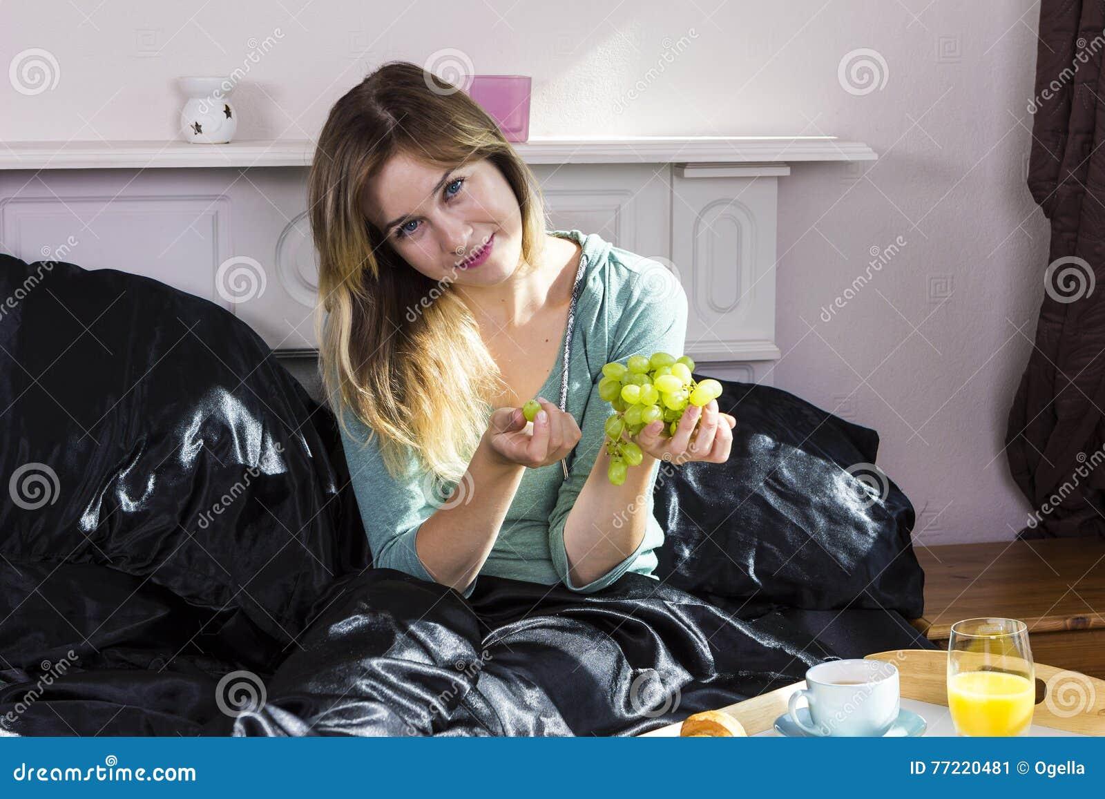 Fille prenant le petit déjeuner dans le lit