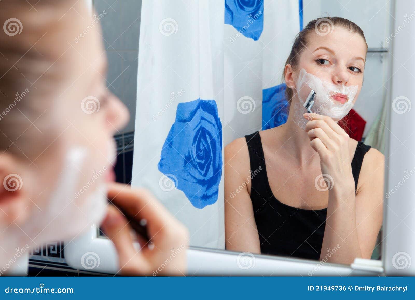 Fille rasant dans la salle de bains image libre de droits image 21949736 for Comfemme nue dans la salle de bain