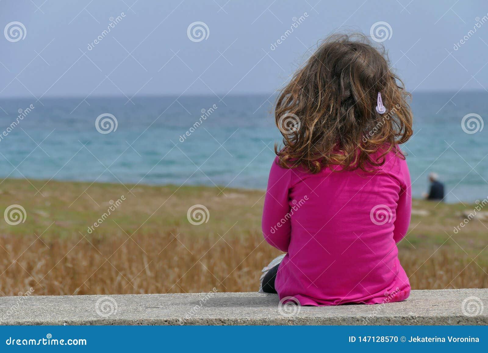3-4 fille an regardant la mer