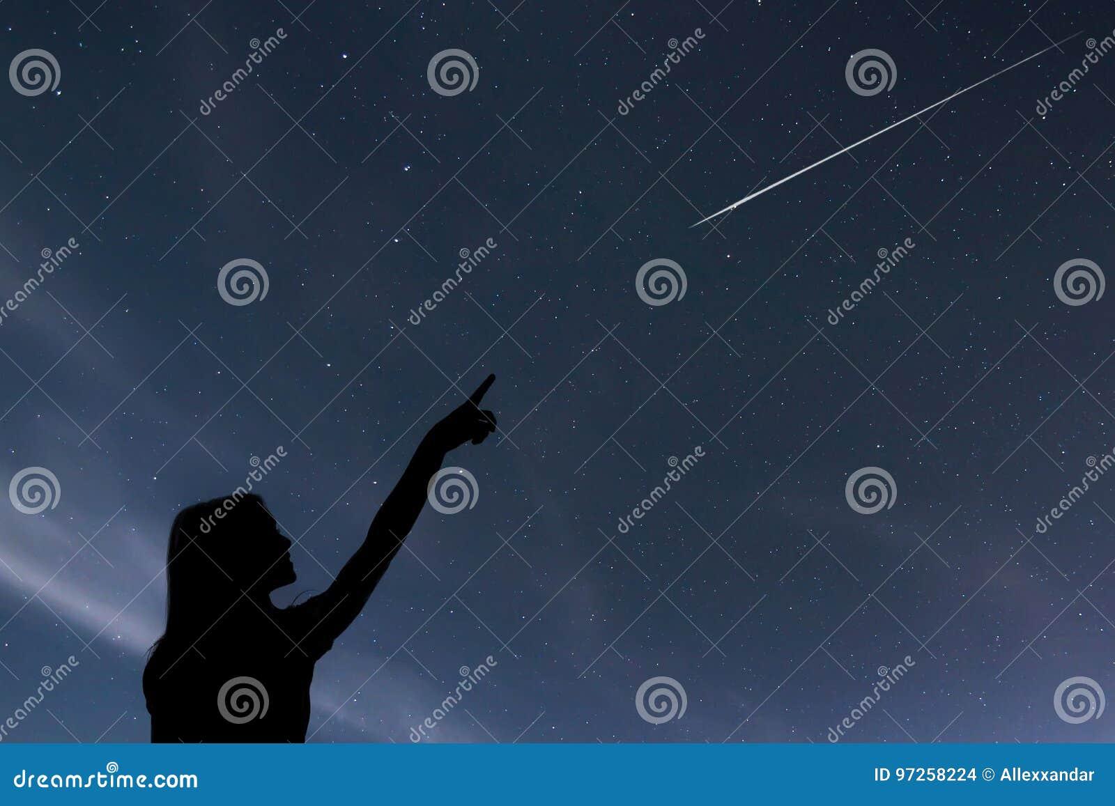 Fille regardant les étoiles Fille faisant un souhait en voyant un shooti
