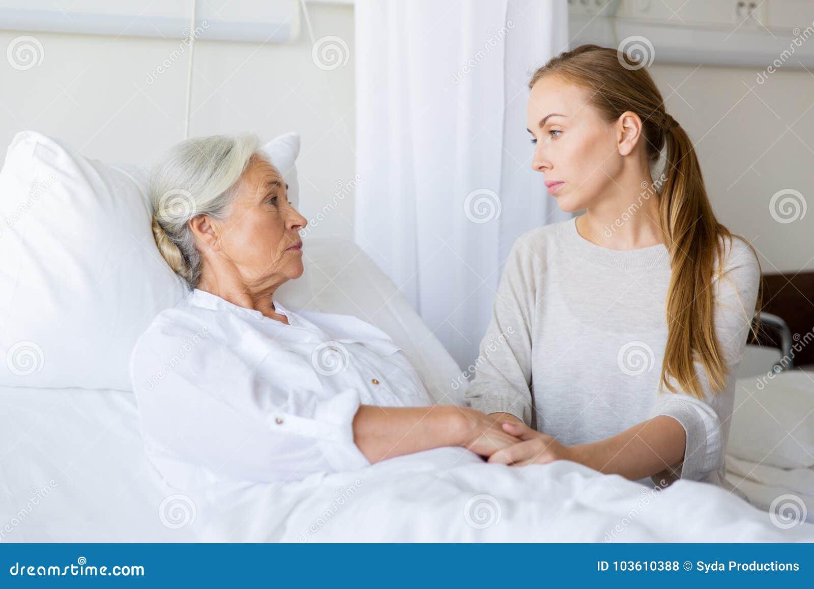 Fille rendant visite à sa mère supérieure à l hôpital