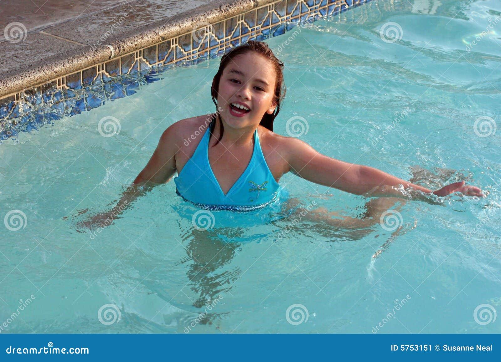 Fille riante dans la piscine