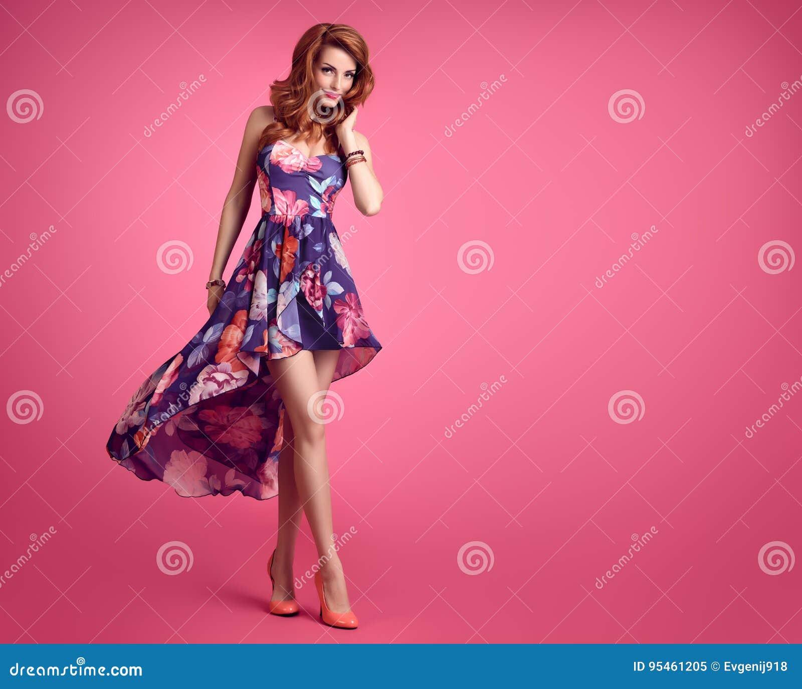 fbc93f20cb9 Femme rousse sexy sensuelle dans le sourire floral à la mode de robe d été  de mode Modèle de beauté dans la pose de mode La coiffure onduleuse bouclée  ...