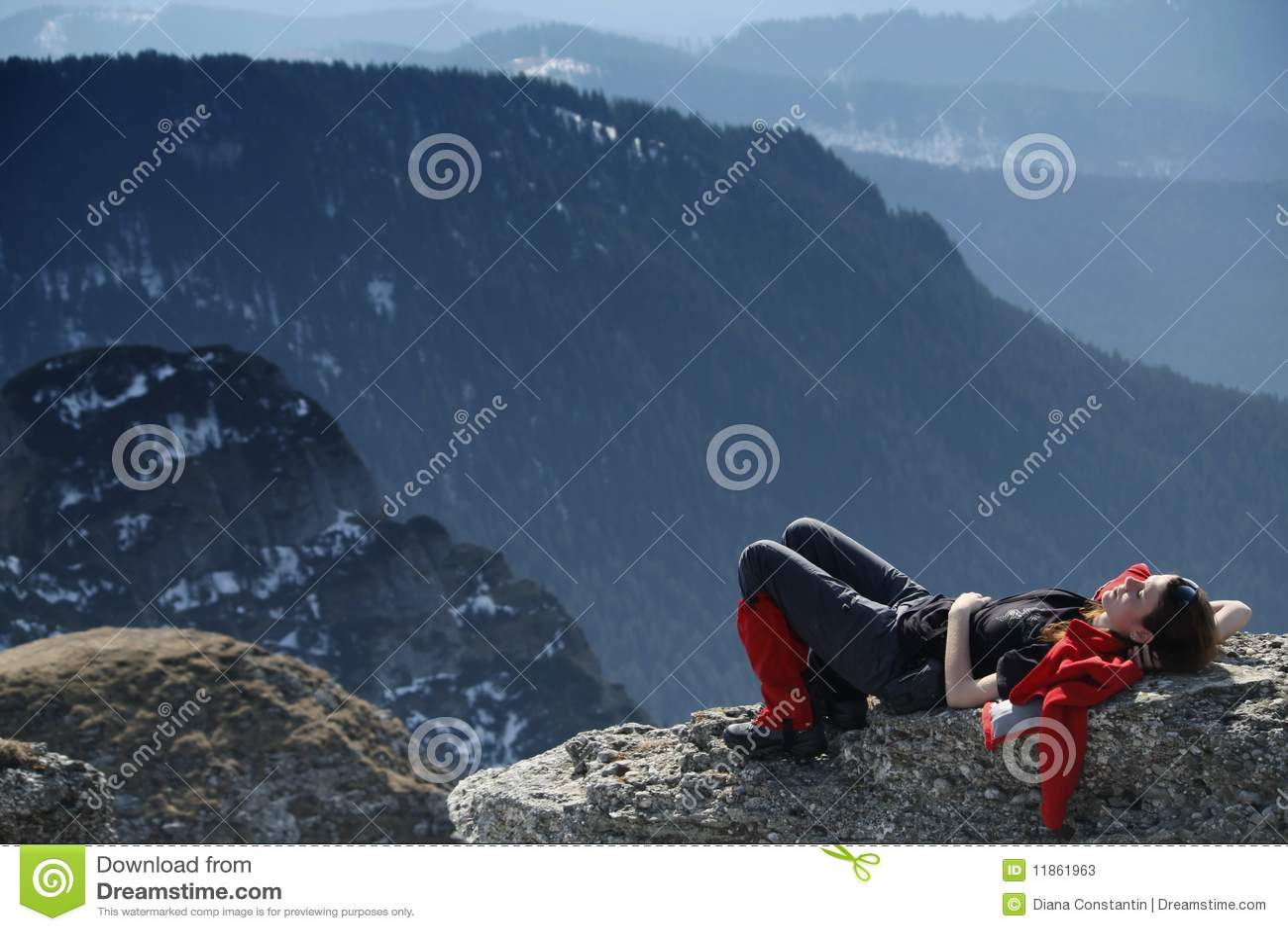 Fille se reposant sur une roche