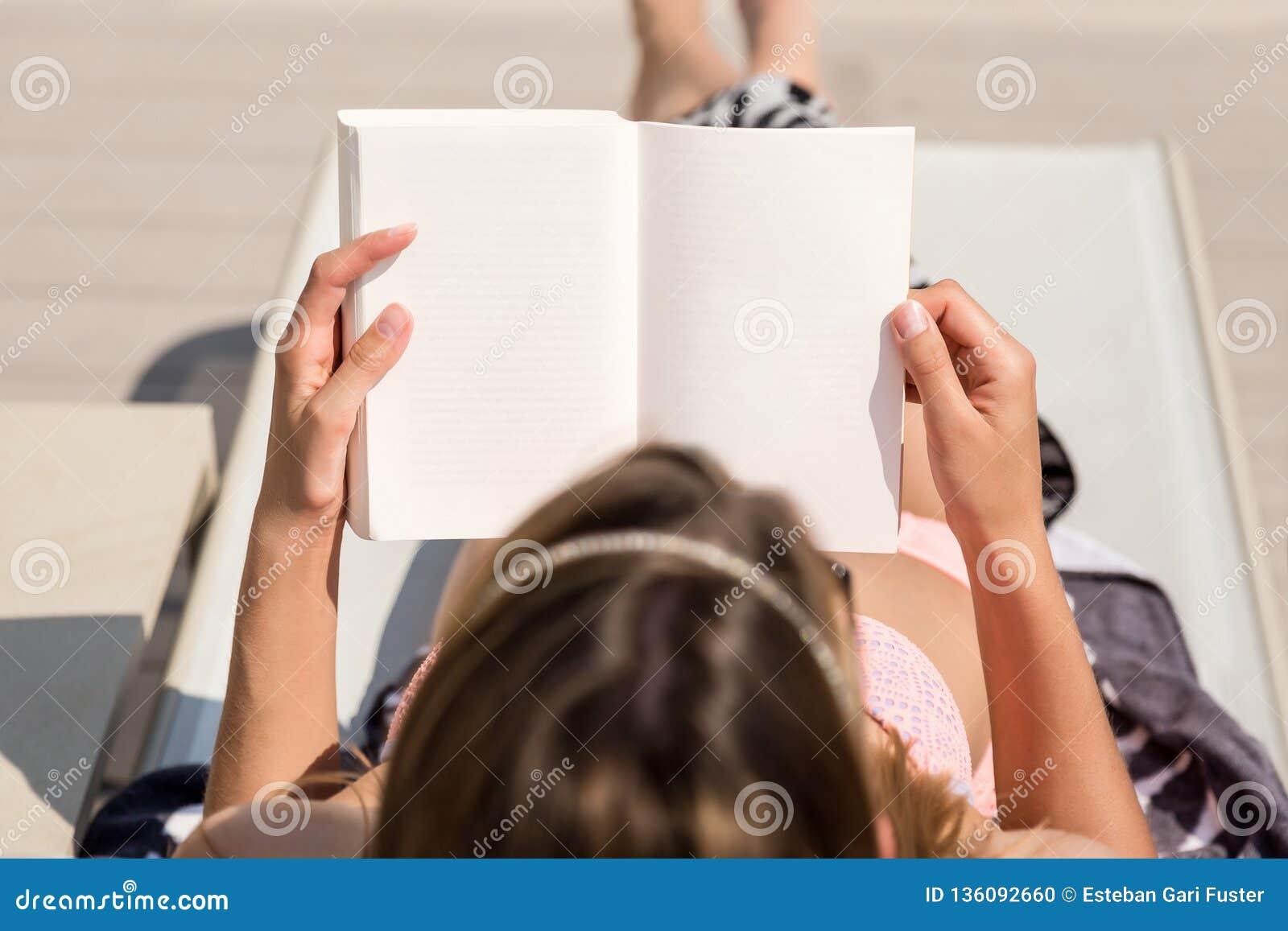 Fille se trouvant lisant un livre