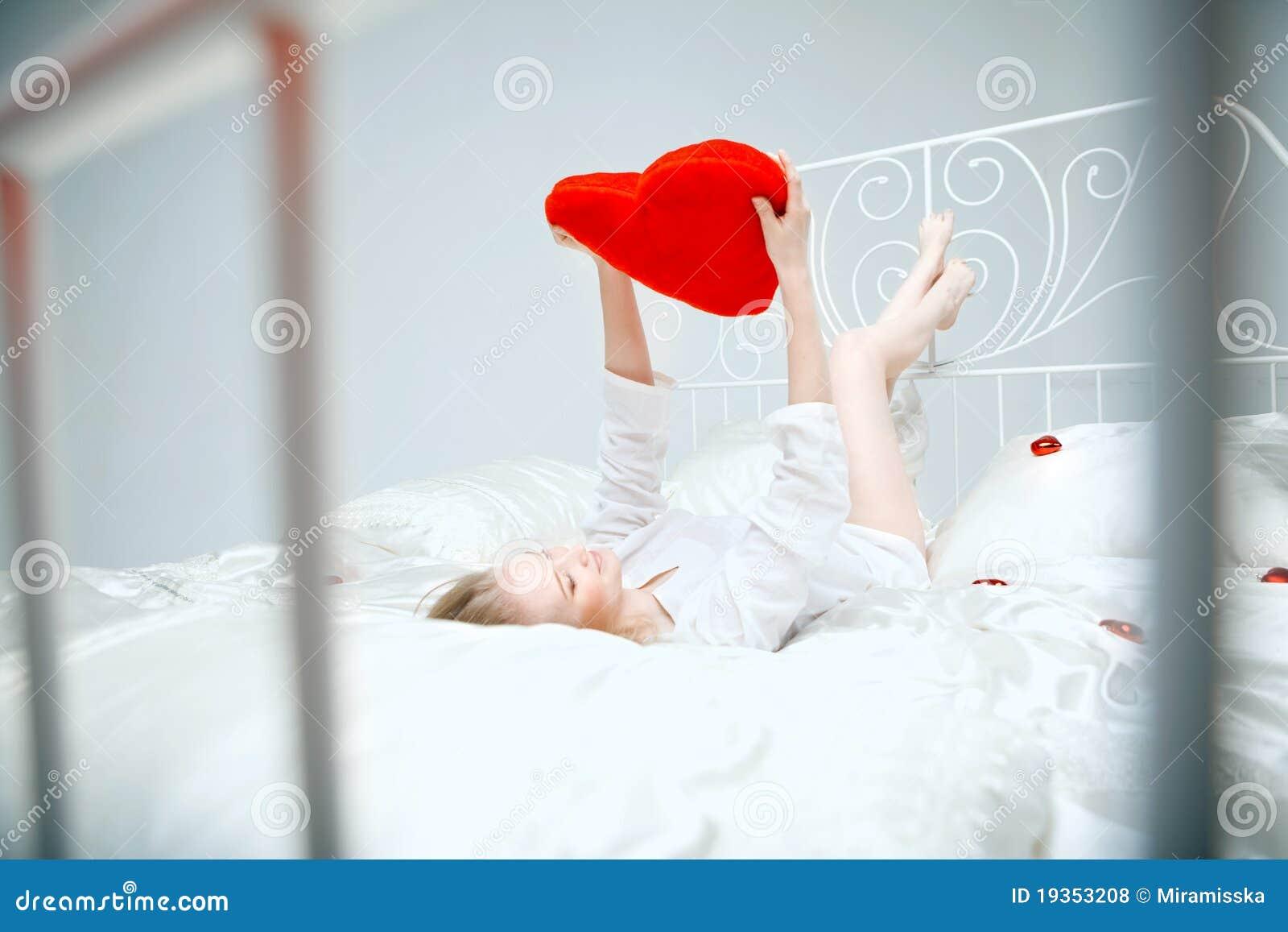 Fille se trouvant sur le bâti avec un coeur rouge