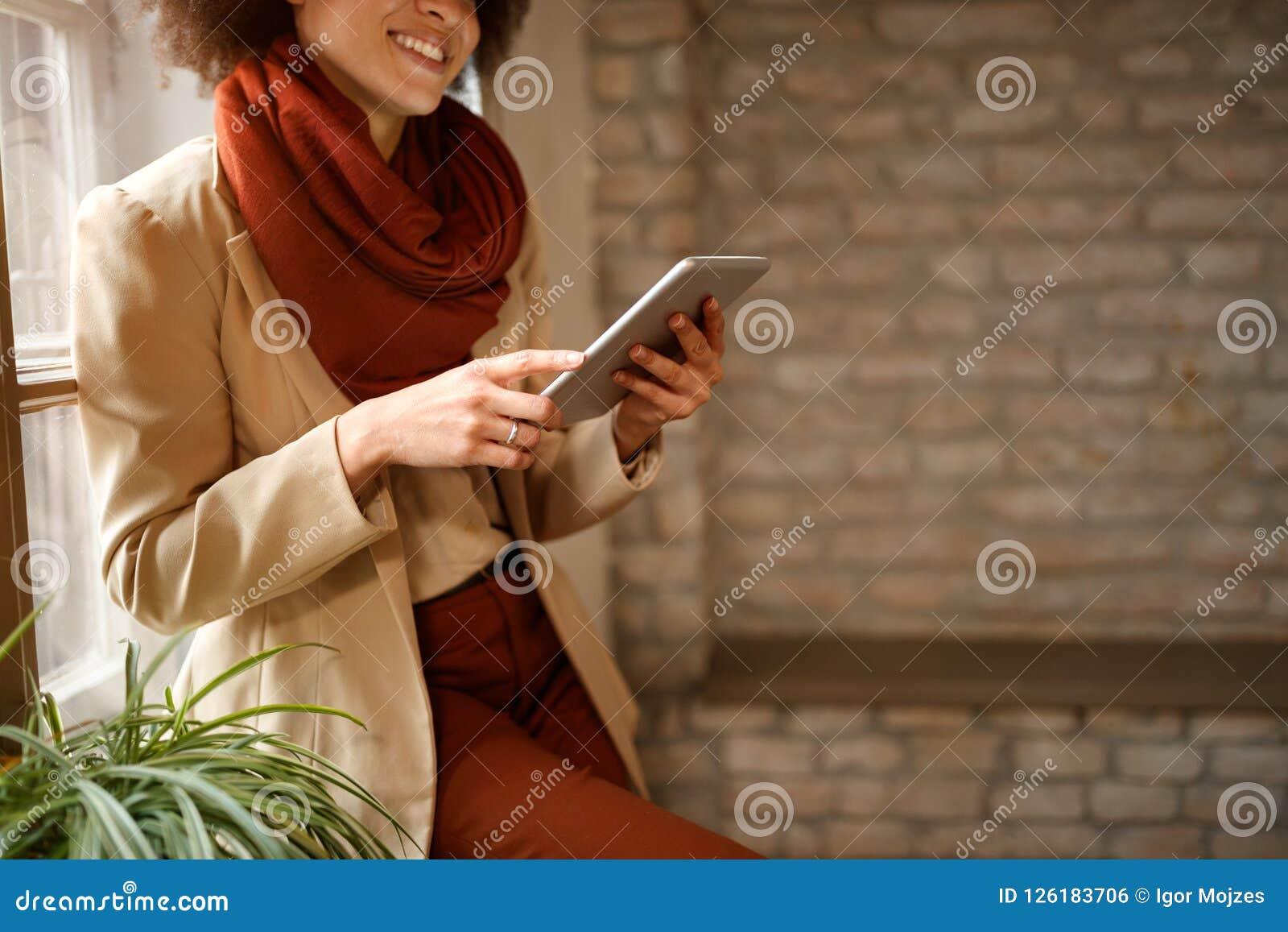 Fille semblant l Internet surfant sur l iPad