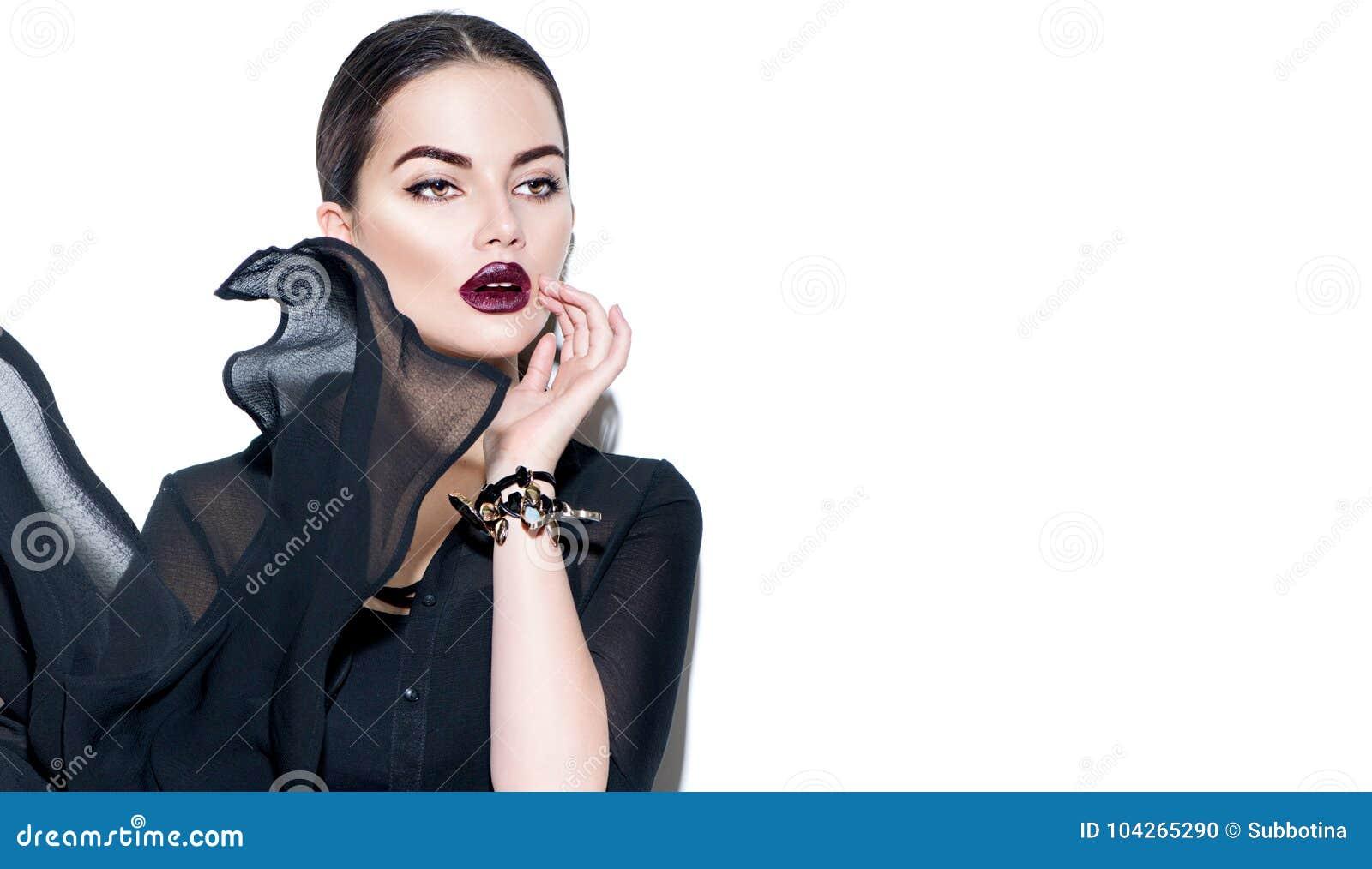 Fille sexy de beauté portant la robe noire de mousseline de soie Femme de mannequin avec le maquillage foncé