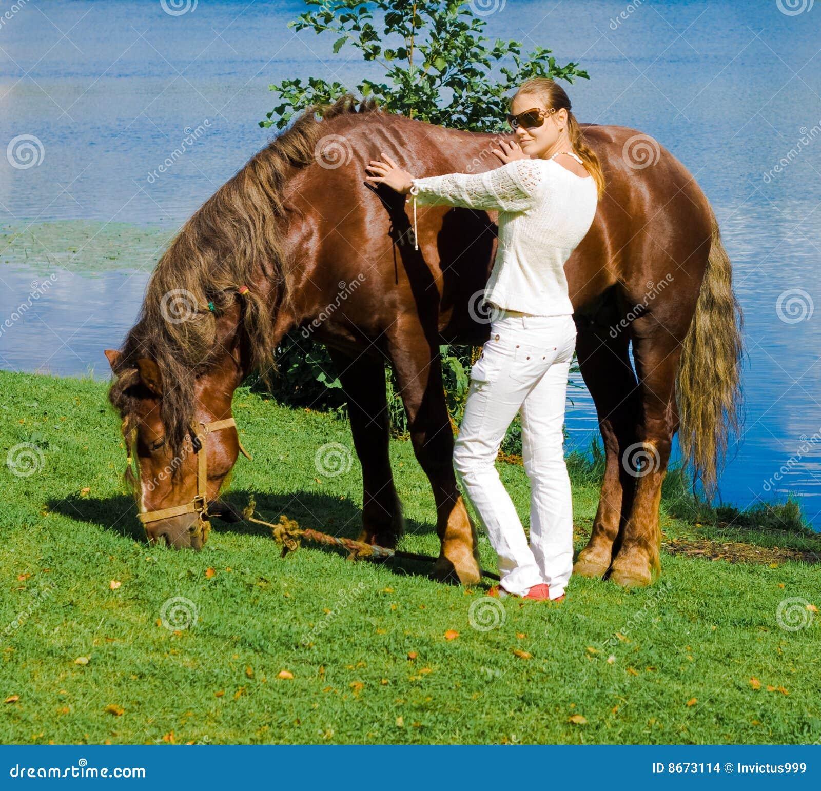 Fille son cheval