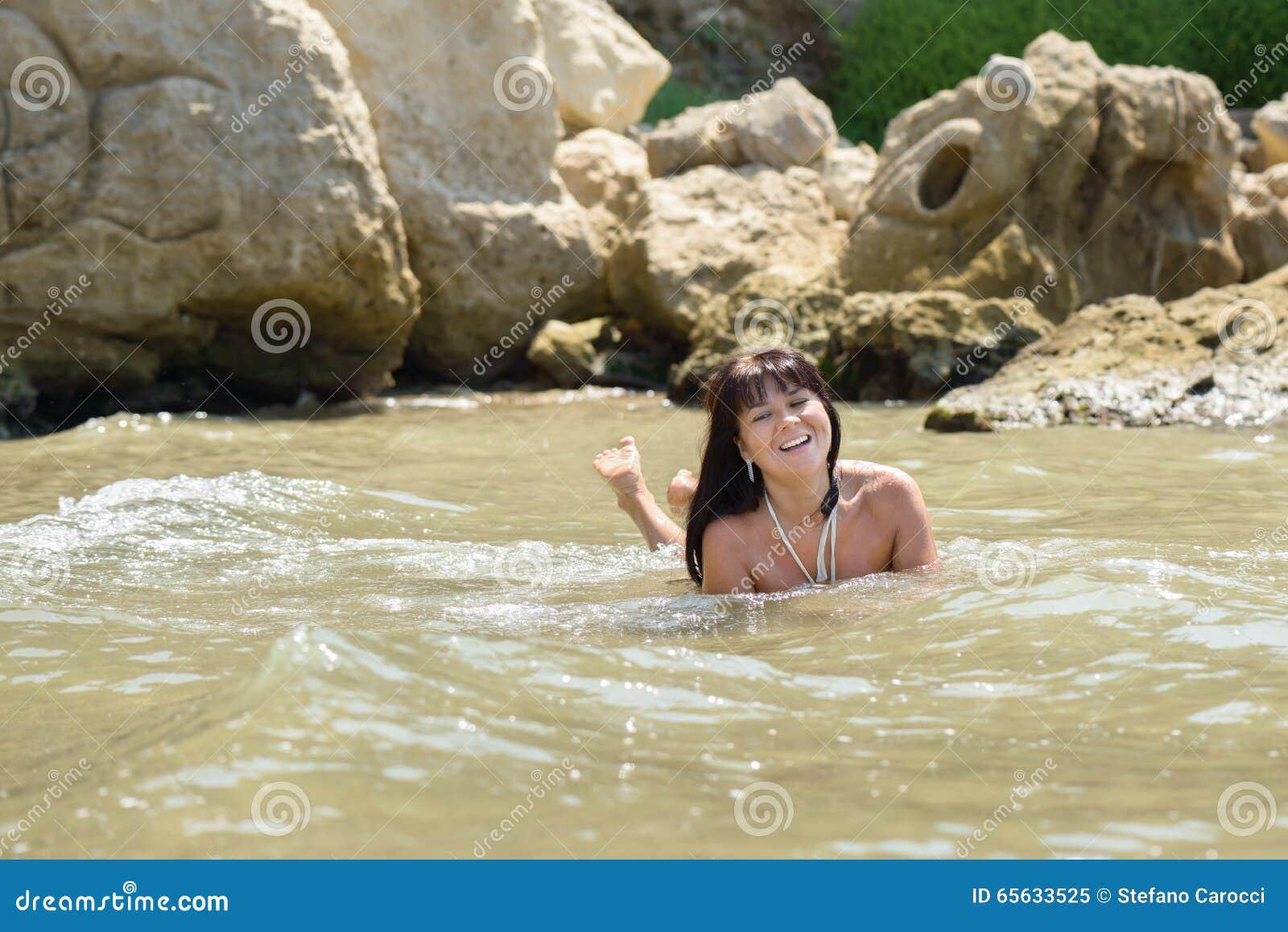 Fille souriant en mer