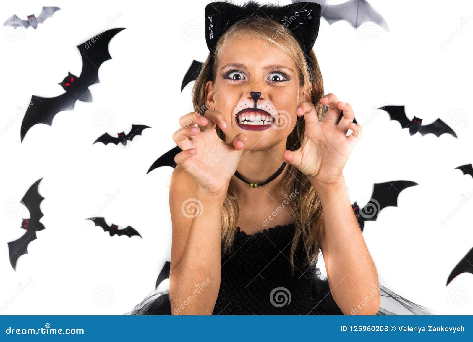Fille souriante avec le costume de chat noir, maquillage de Halloween à la  partie de