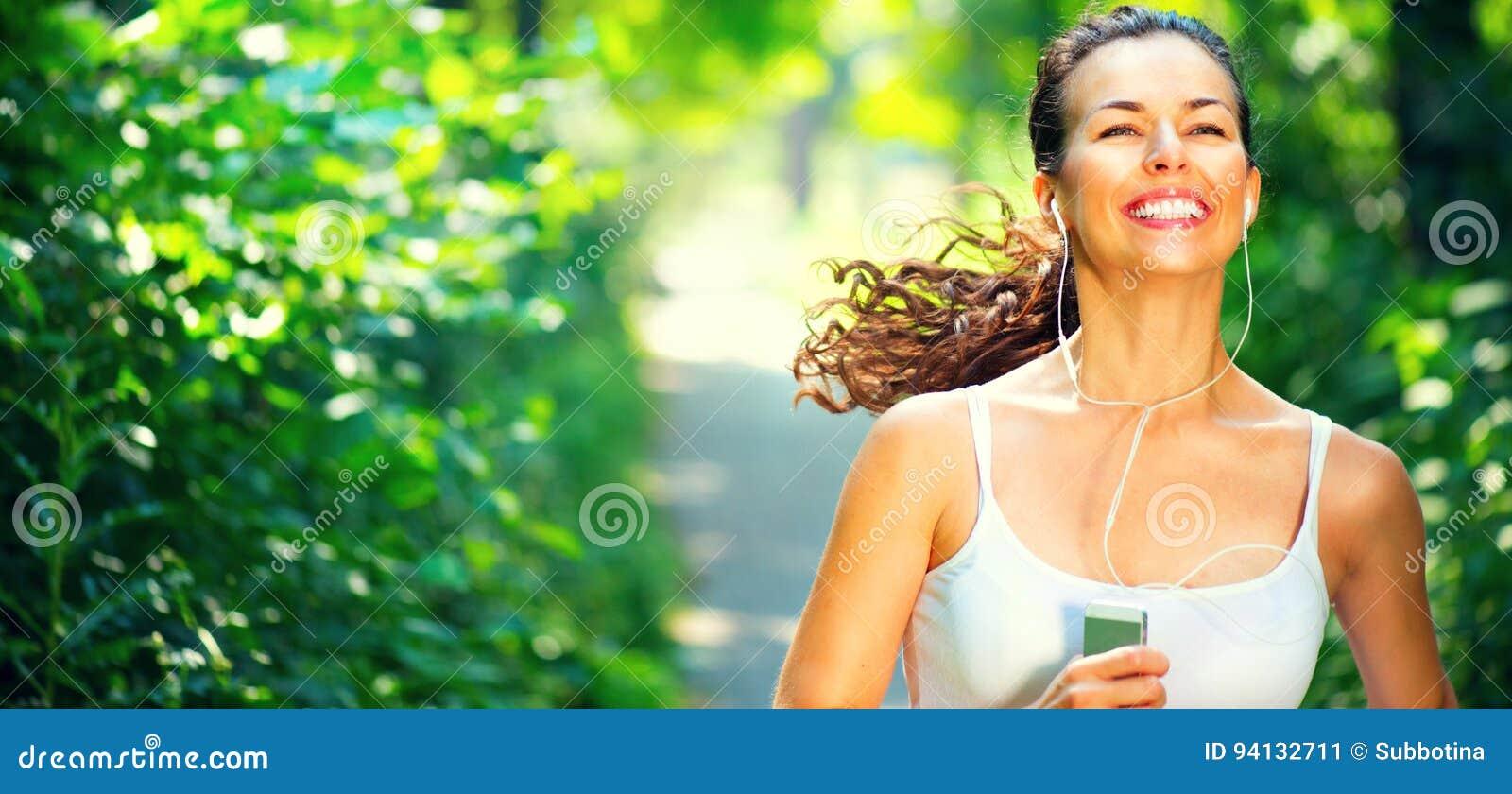 Fille sportive courante Jeune femme de beauté pulsant en parc