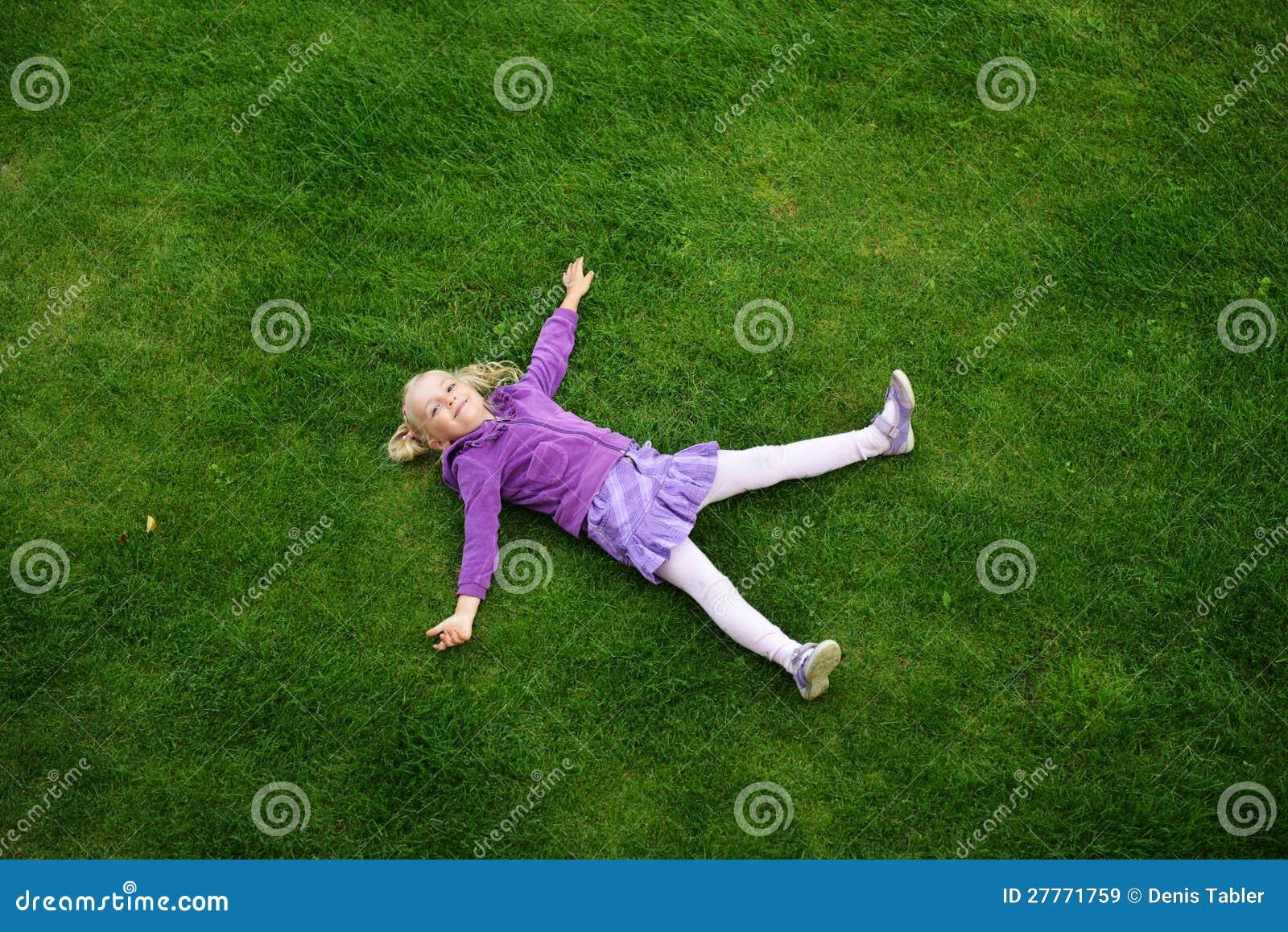Fille sur l herbe