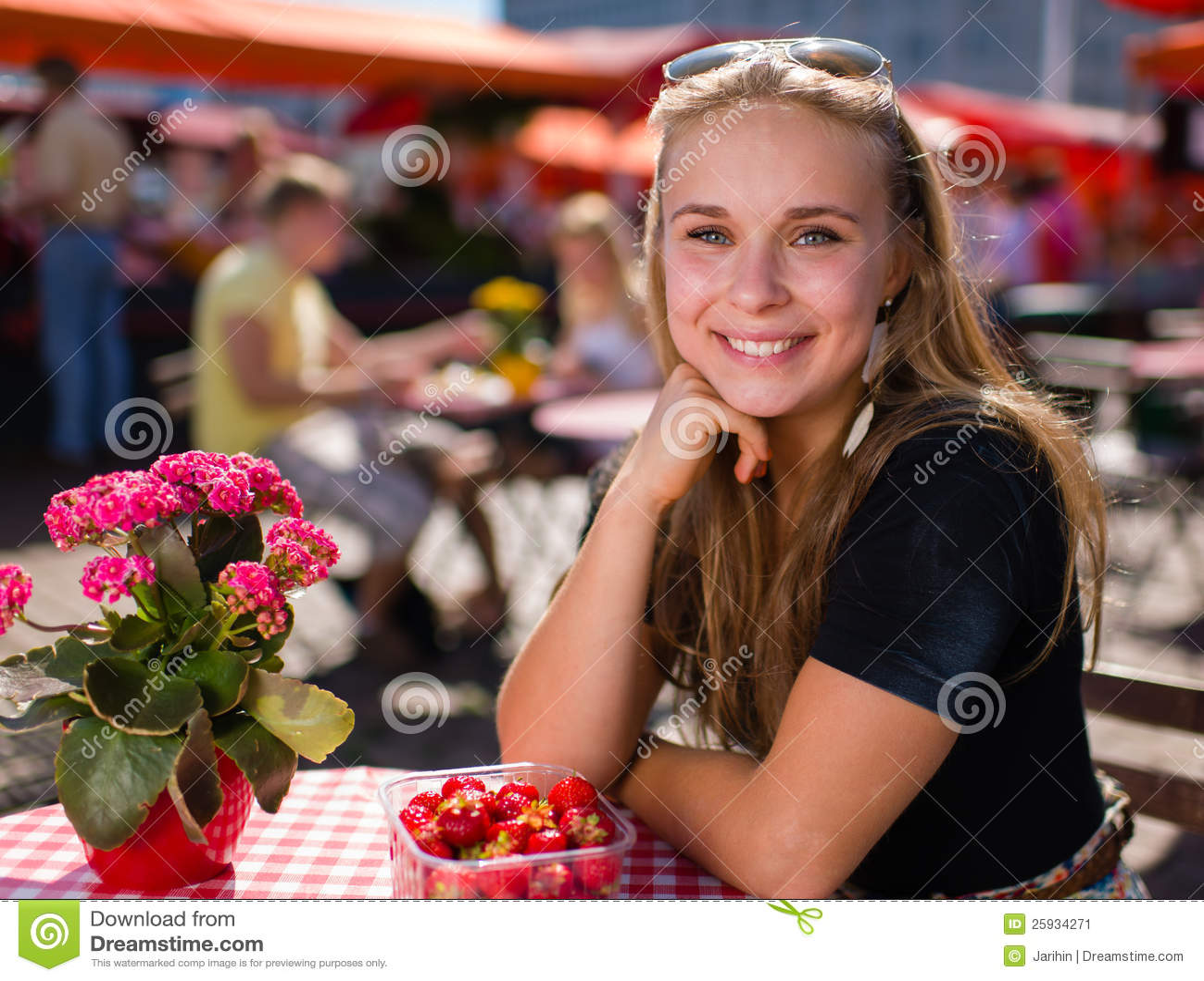Fille sur le café du marché