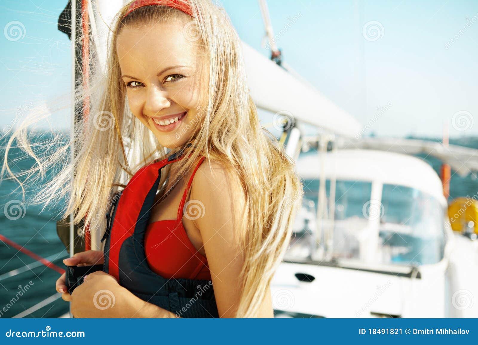 Fille sur un yacht