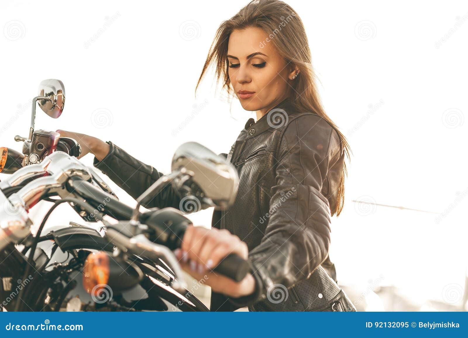 Fille sur une moto