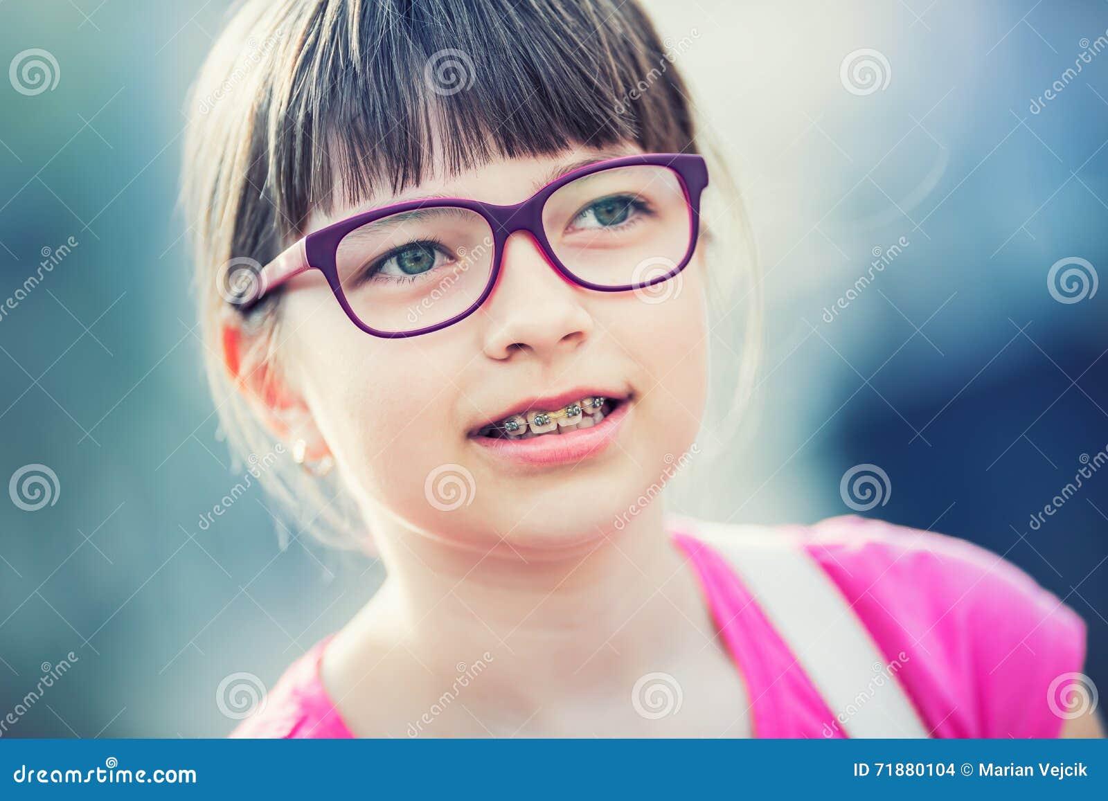 Fille teen Pré ado Fille avec des verres Fille avec des accolades de dents Accolades et verres de port de dents de jeune fille bl