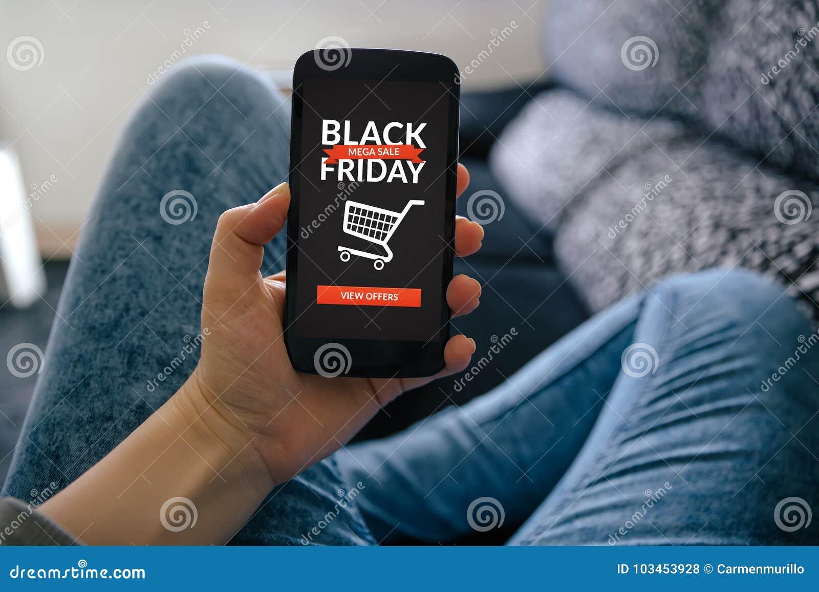 Fille tenant le téléphone intelligent avec le concept de Black Friday sur l écran