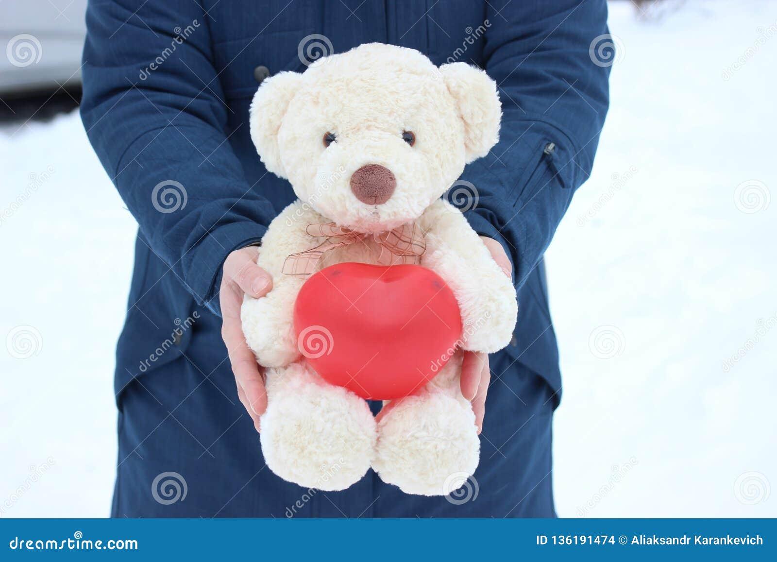 Fille Tenant Un Ours Blanc Avec Un Coeur Dans Des Ses Pattes