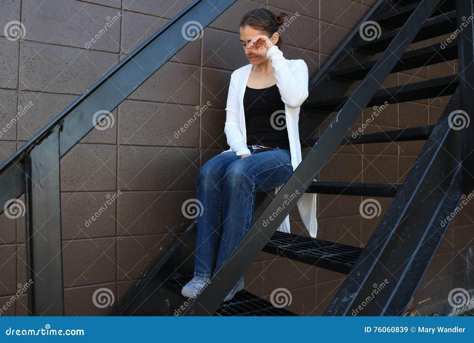 Fille triste seul s asseyant
