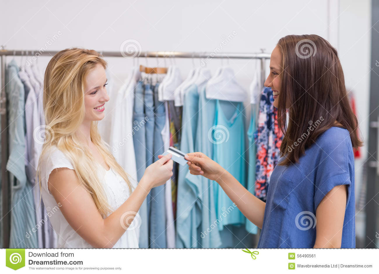 Filles amicales remettant une carte de crédit