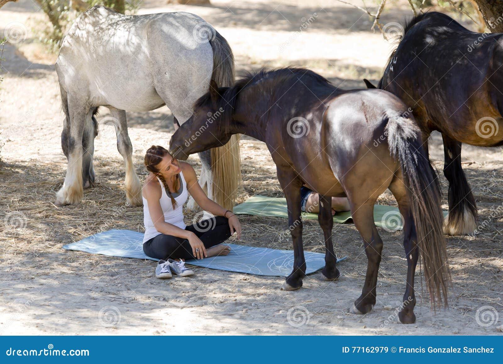 Filles avec des chevaux