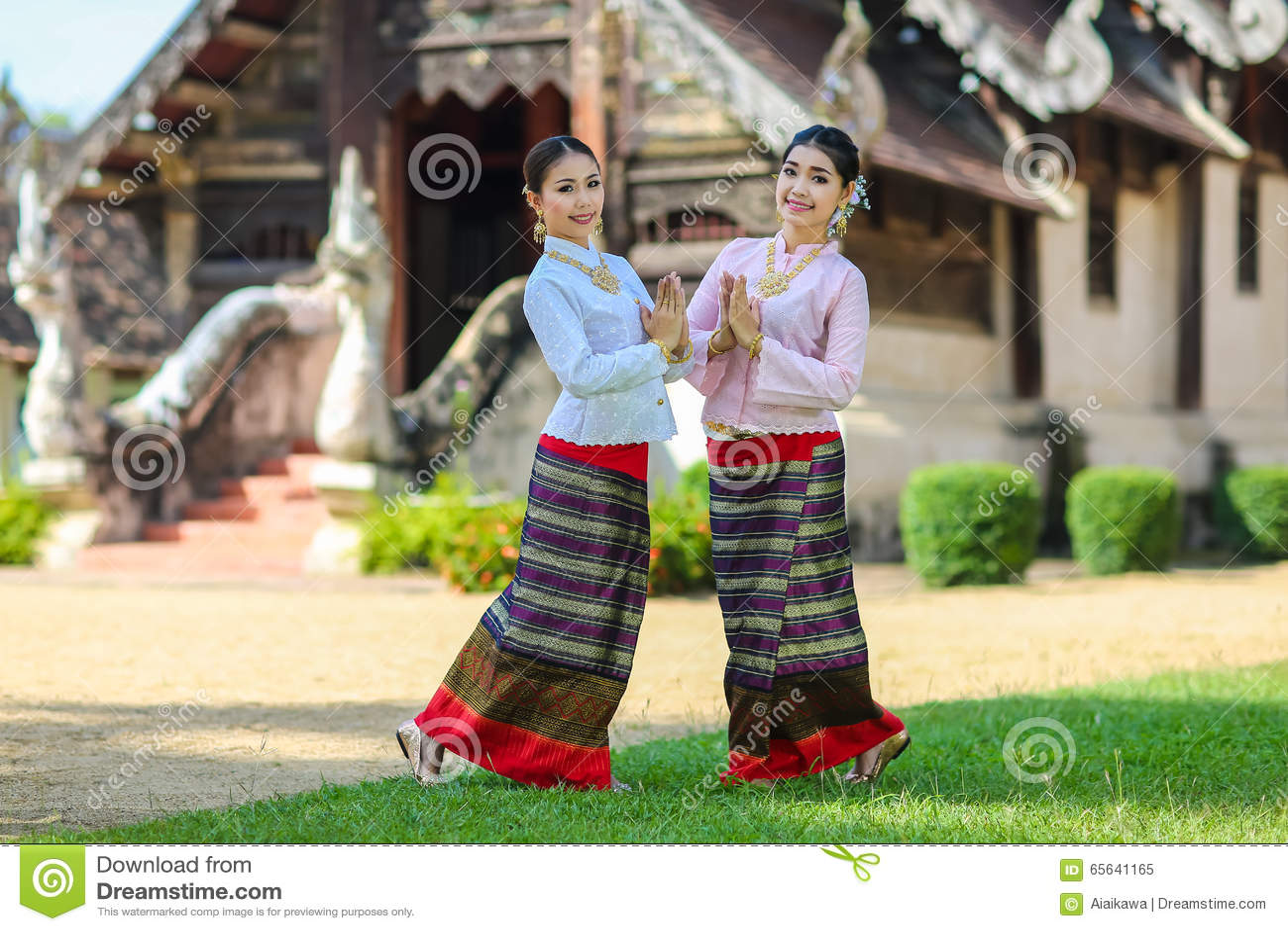 Filles avec le style du nord thaïlandais dans l action de Sawasdee