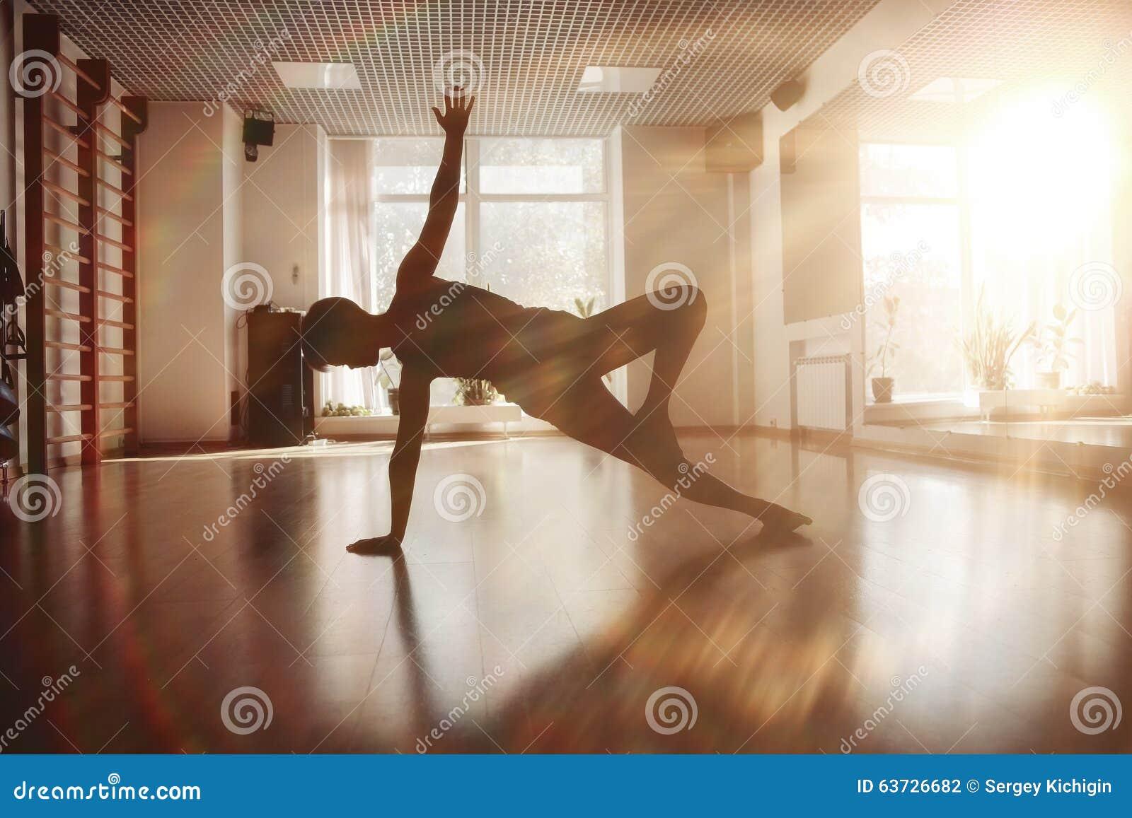 Filles dans la chambre de yoga