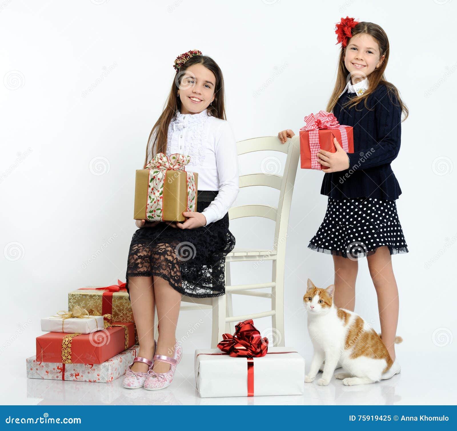 Filles heureuses avec les cadeaux