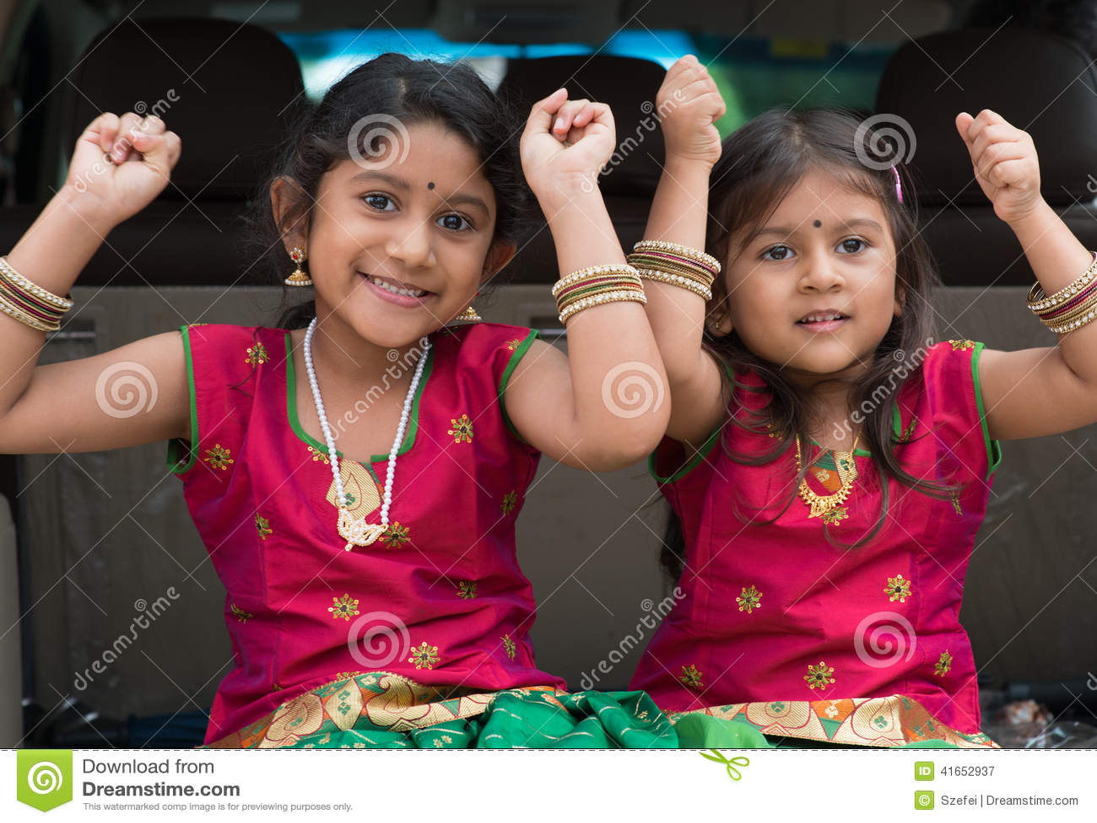Filles indiennes s asseyant dans la voiture