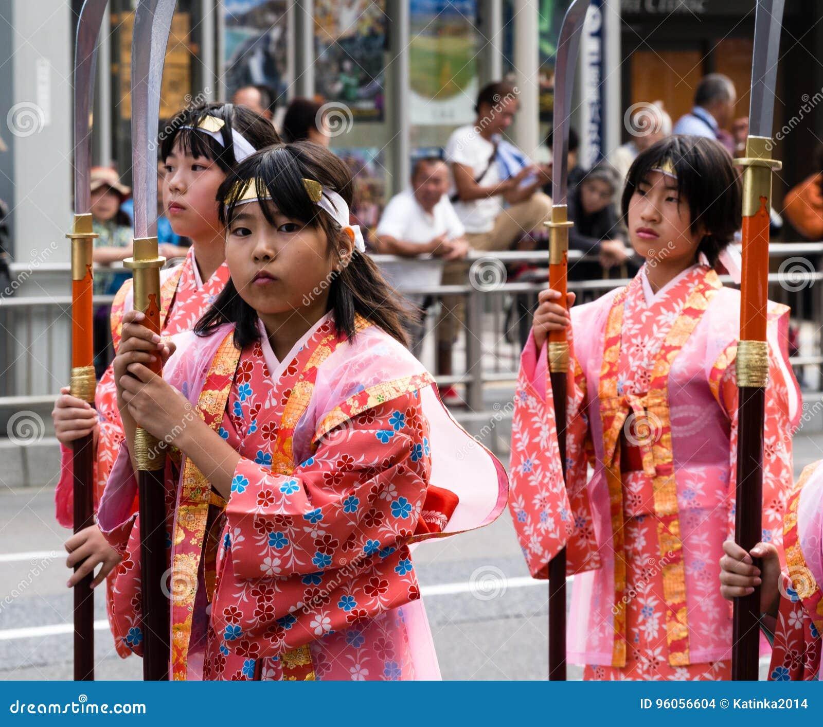 Filles japonaises dans des costumes historiques au festival de Nobunaga à Gifu