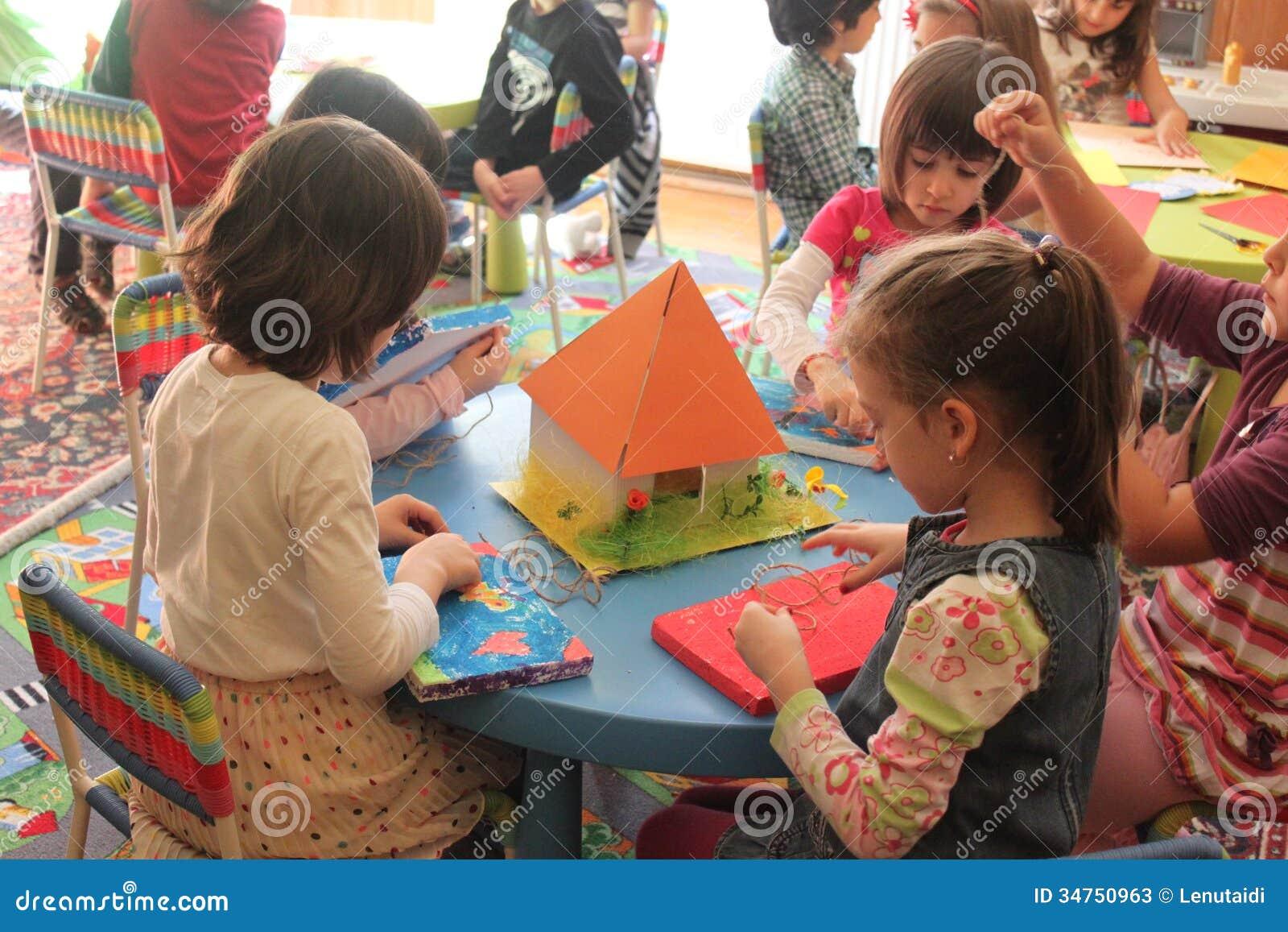 Filles jouant dans le jardin d enfants