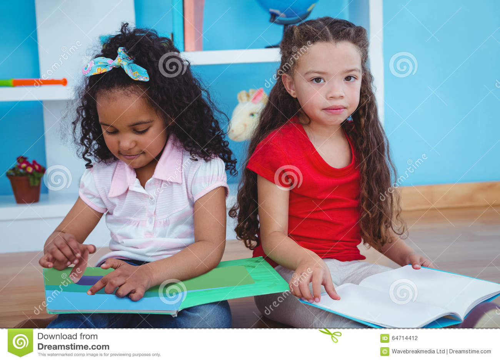 Filles mignonnes tenant des livres