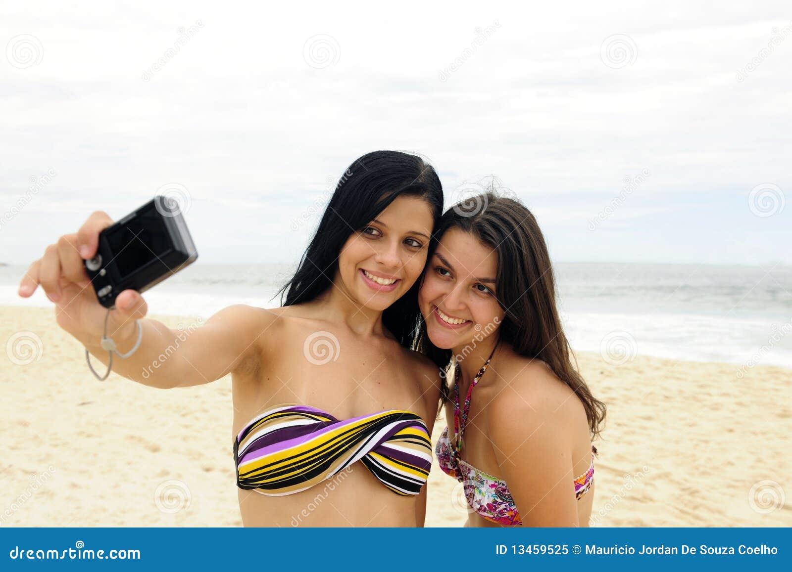 Filles prenant la photo avec le portable