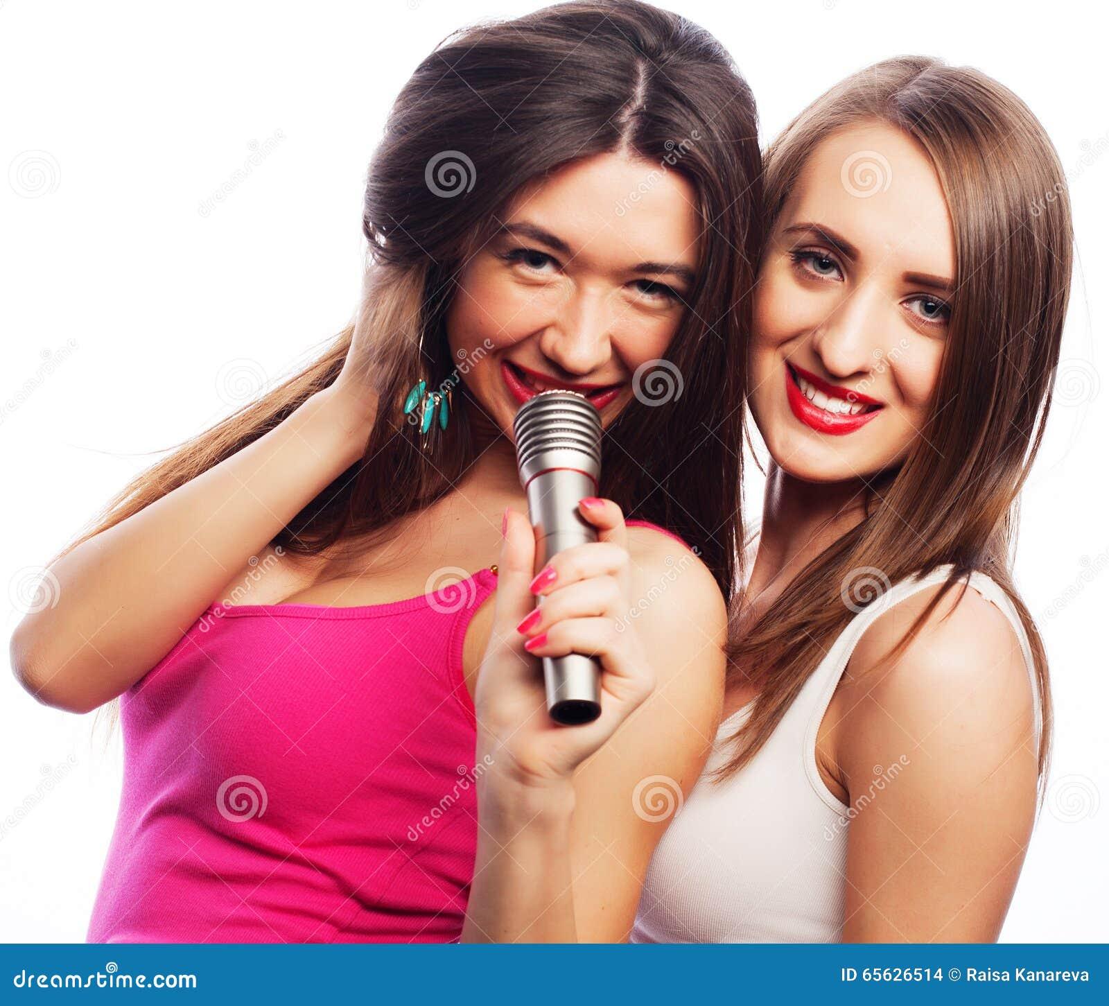 Filles sensuelles chantant avec le microphone