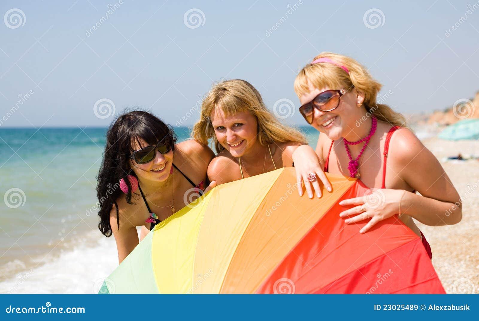 filles sur la plage image stock image du nature photo 23025489. Black Bedroom Furniture Sets. Home Design Ideas